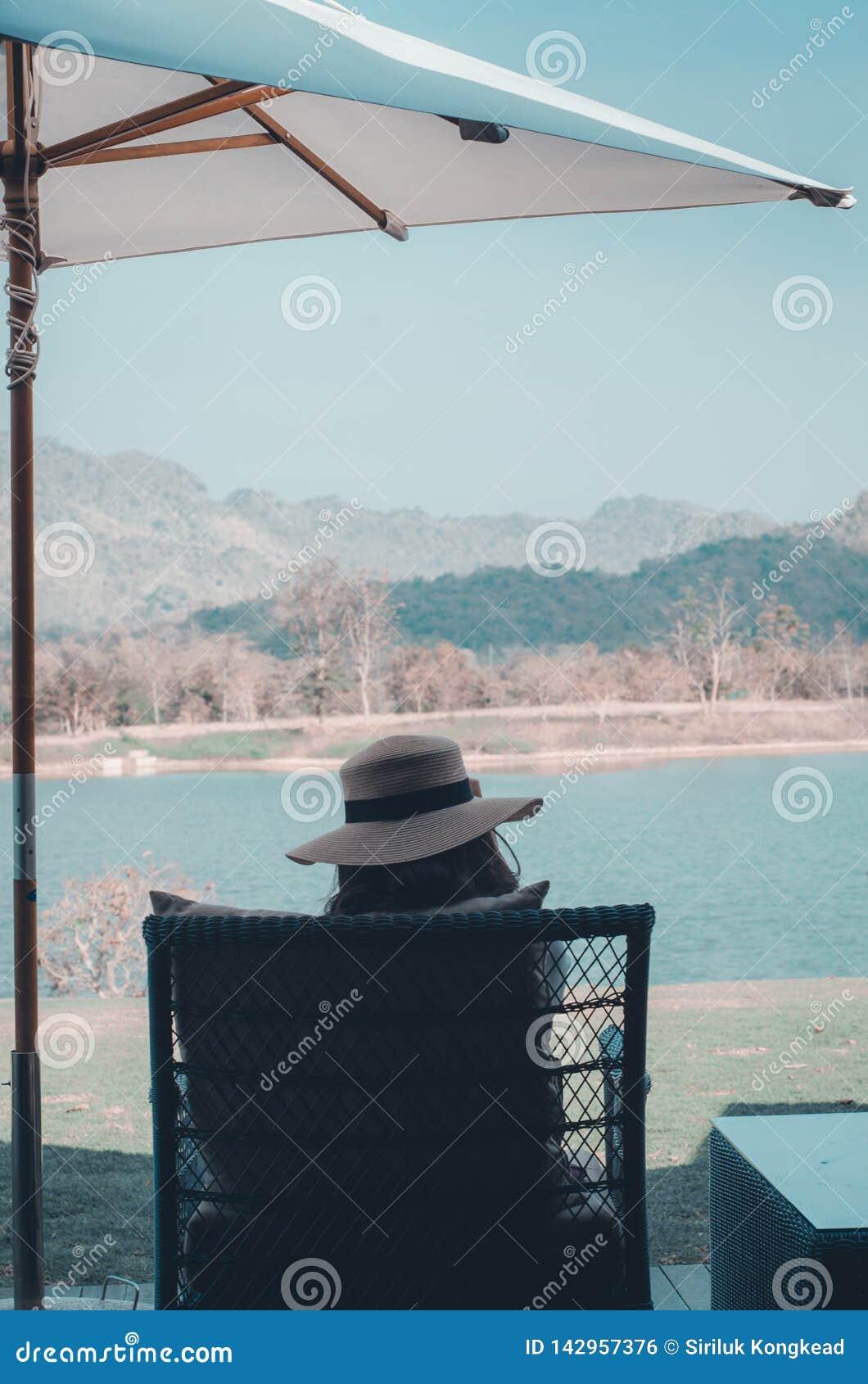 Kobiety są odpoczynkowe na nabrzeża krześle