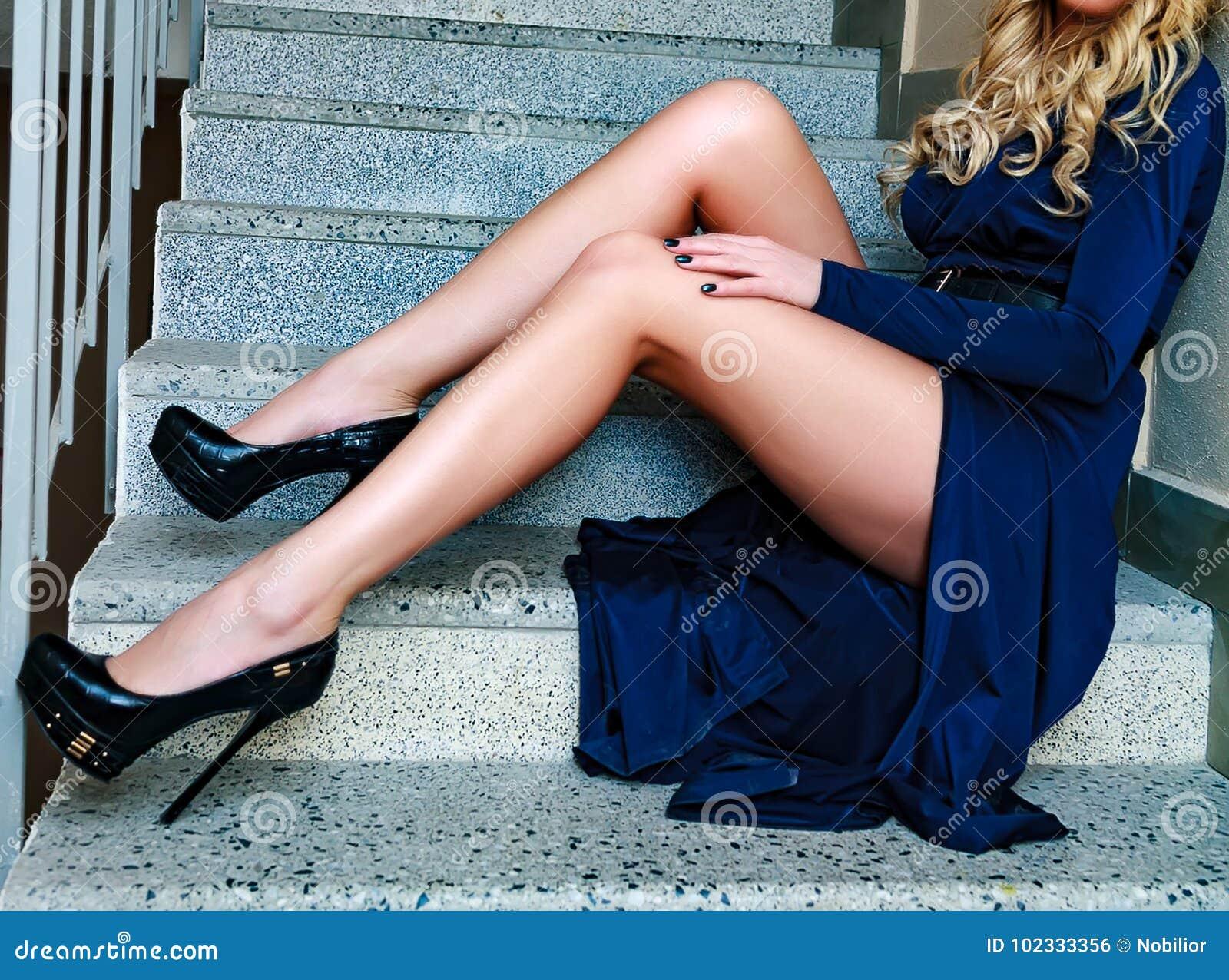 Kobiety ` s nogi na schodki