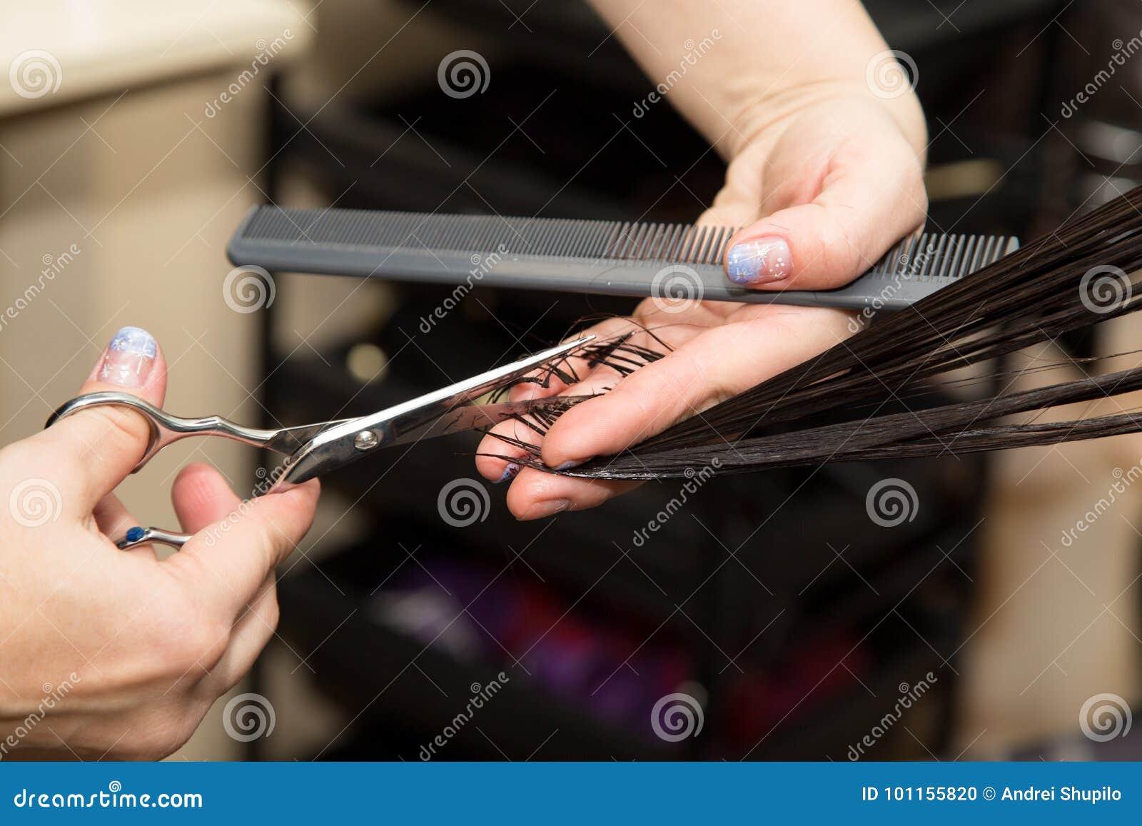 Kobiety ` s ostrzyżenia nożyce przy salonem