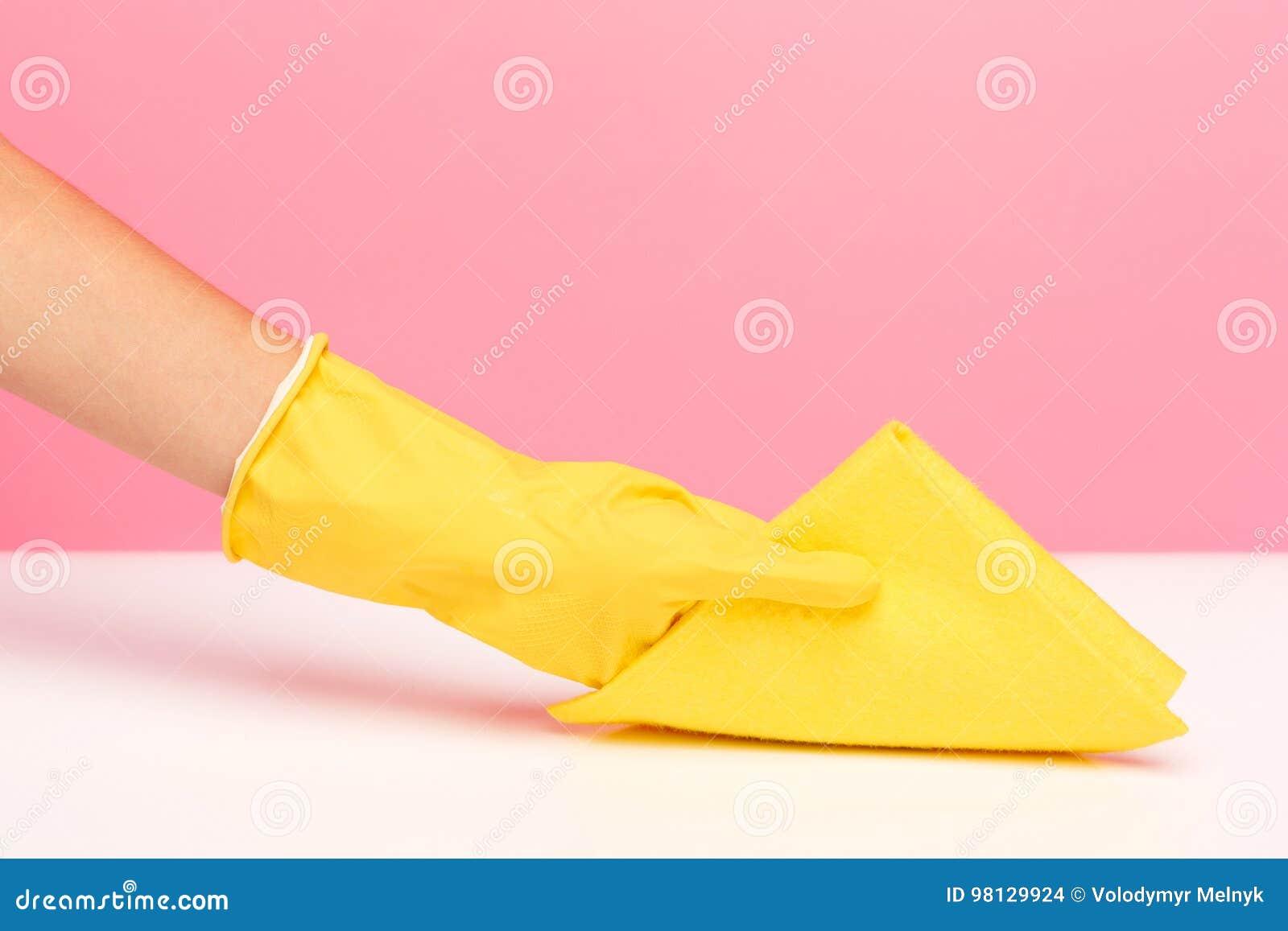 Kobiety ` s ręki cleaning na różowym tle Cleaning lub housekeeping pojęcie