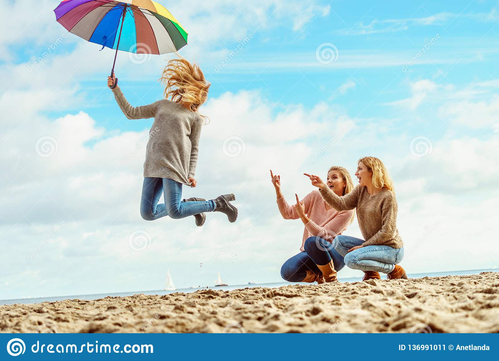 Kobiety skacze z parasolem