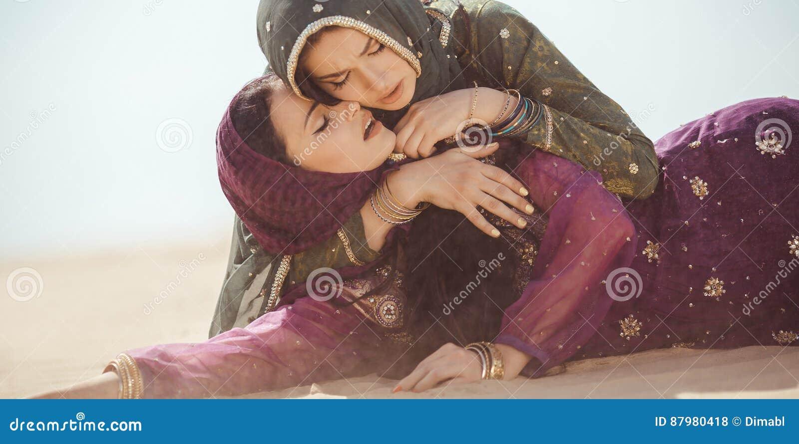 Kobiety spragnione w pustyni Nieprzewidziane okoliczność podczas podróży
