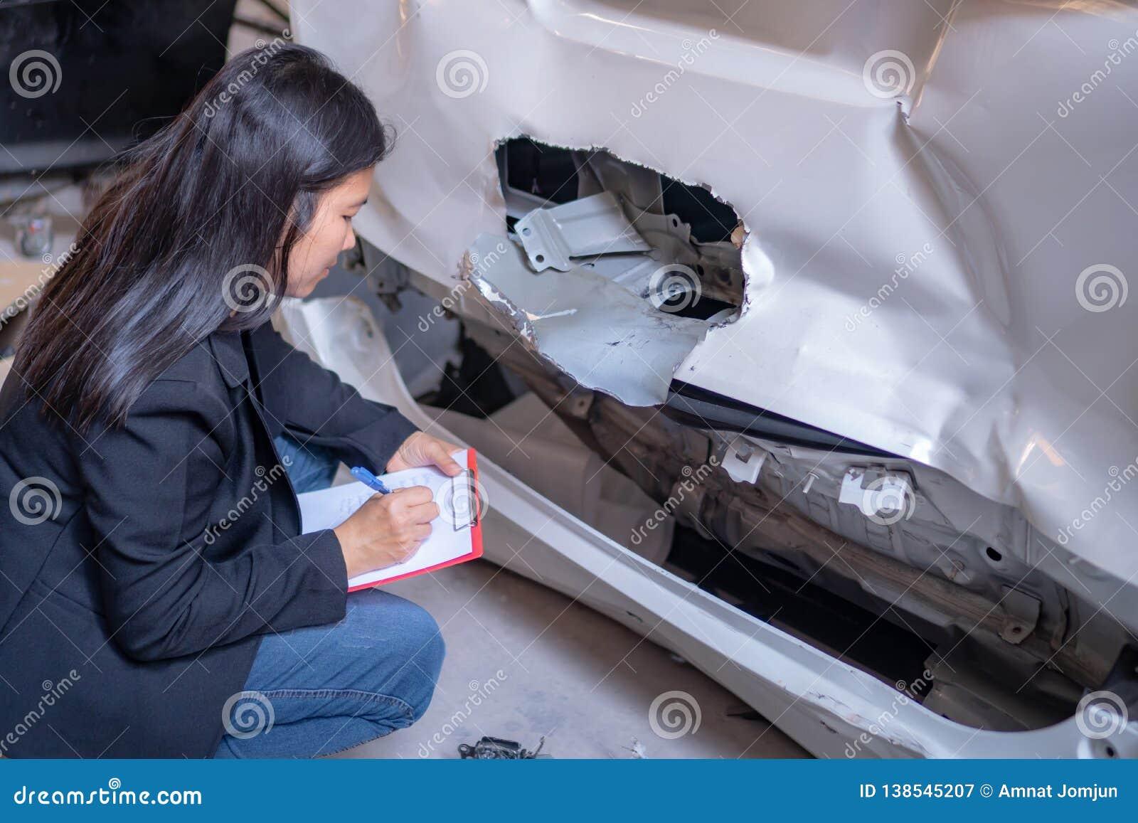 Kobiety sprawdzają samochody dla wypadków