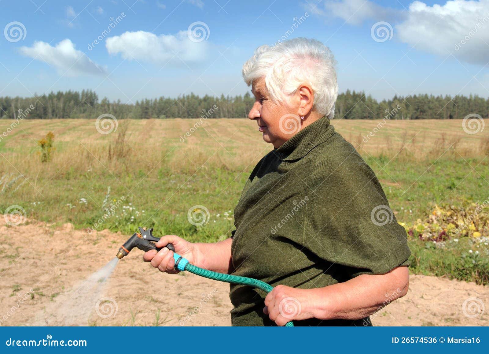 Kobiety starszy podlewanie