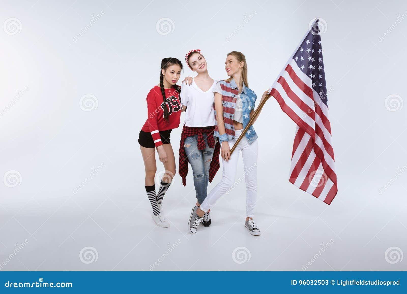 Kobiety stoi z flaga amerykańską odizolowywającą na bielu