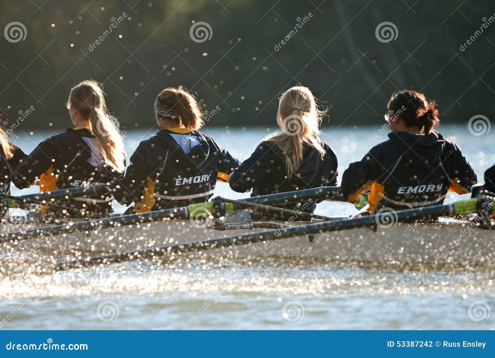 Kobiety szkoły wyższa załoga drużyny rzędy Zestrzelają Atlanta Chattahoochee rzekę