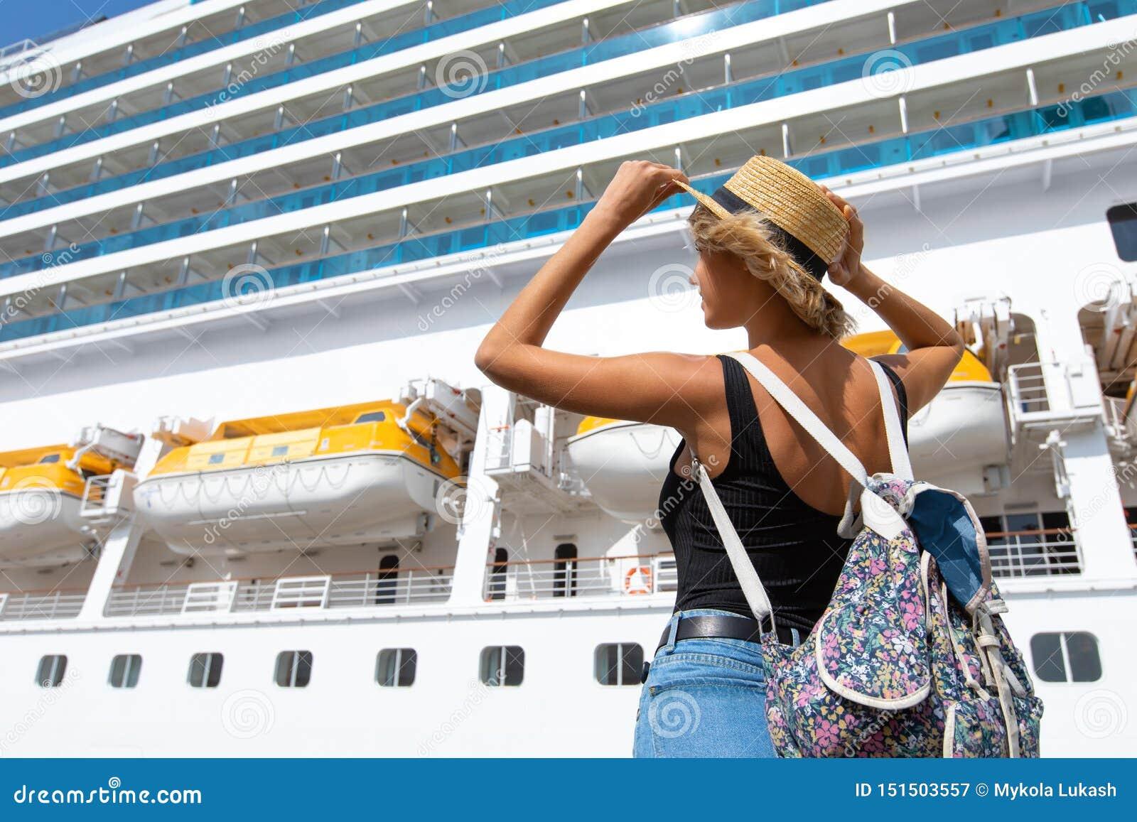 Kobiety turystyczna pozycja przed dużym rejsu liniowem, podróży kobieta