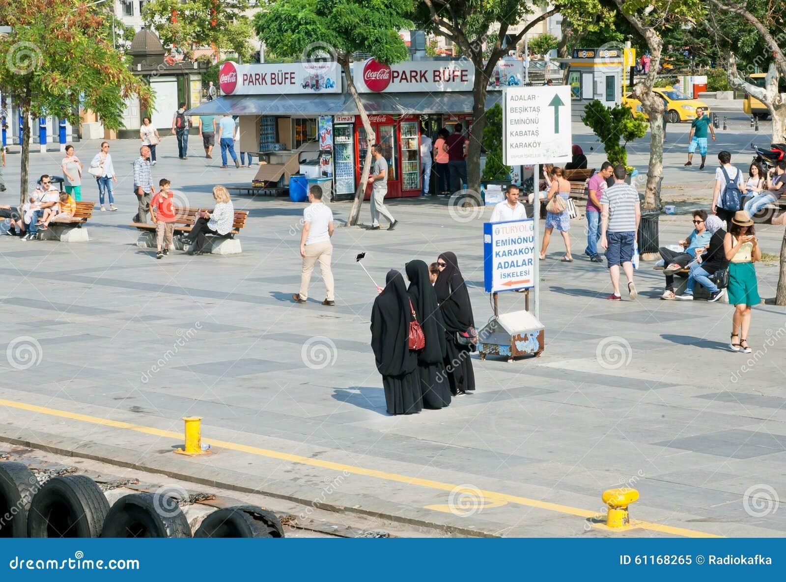 Kobiety w czarnej Islamskiej smokingowej robi grupowej fotografii