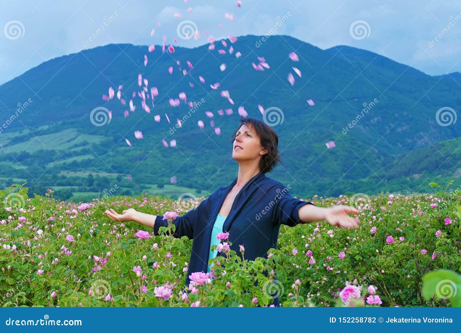 Kobiety w dolinie róża rzutu płatki