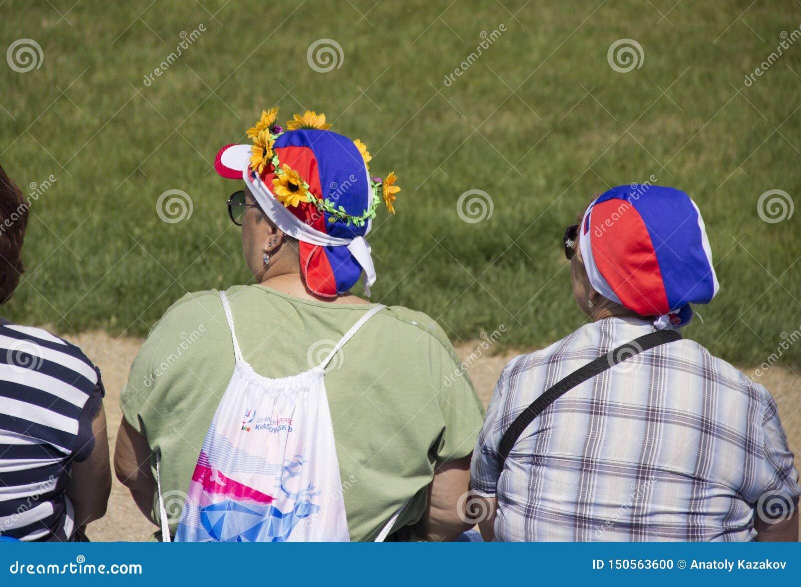 Kobiety w kapeluszach z Rosyjskimi symbolami