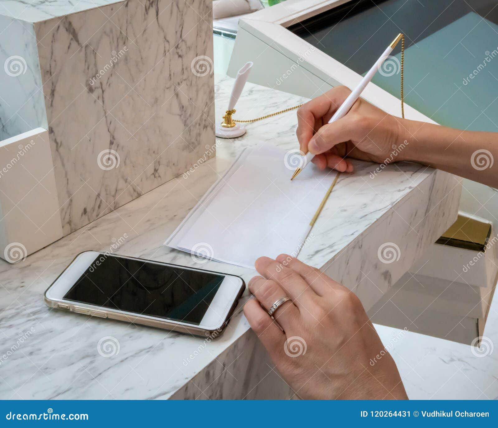 Kobiety writing na białym prześcieradle papier Biznesowej kobiety ręka si