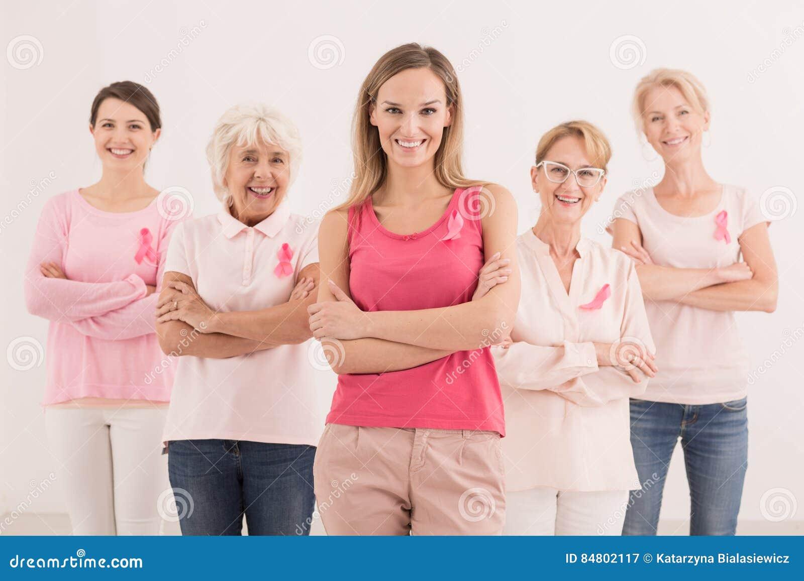 Kobiety z różowymi faborkami