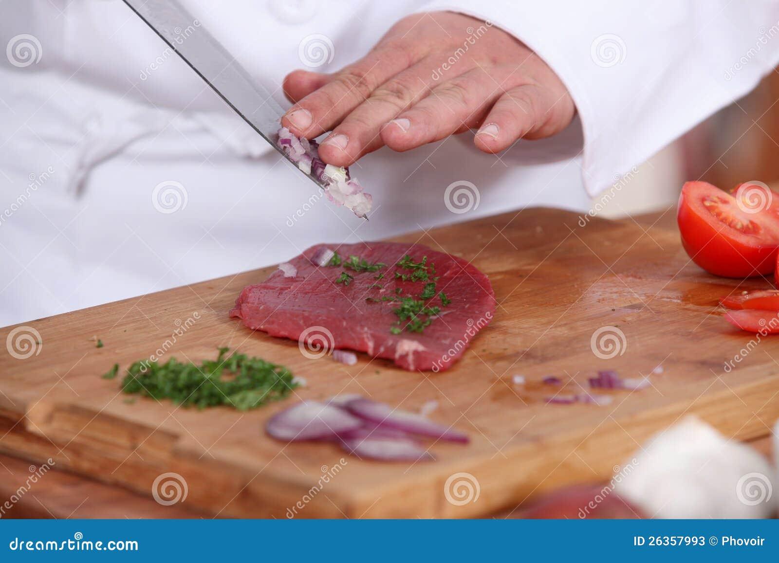 Koch, der Steak zubereitet