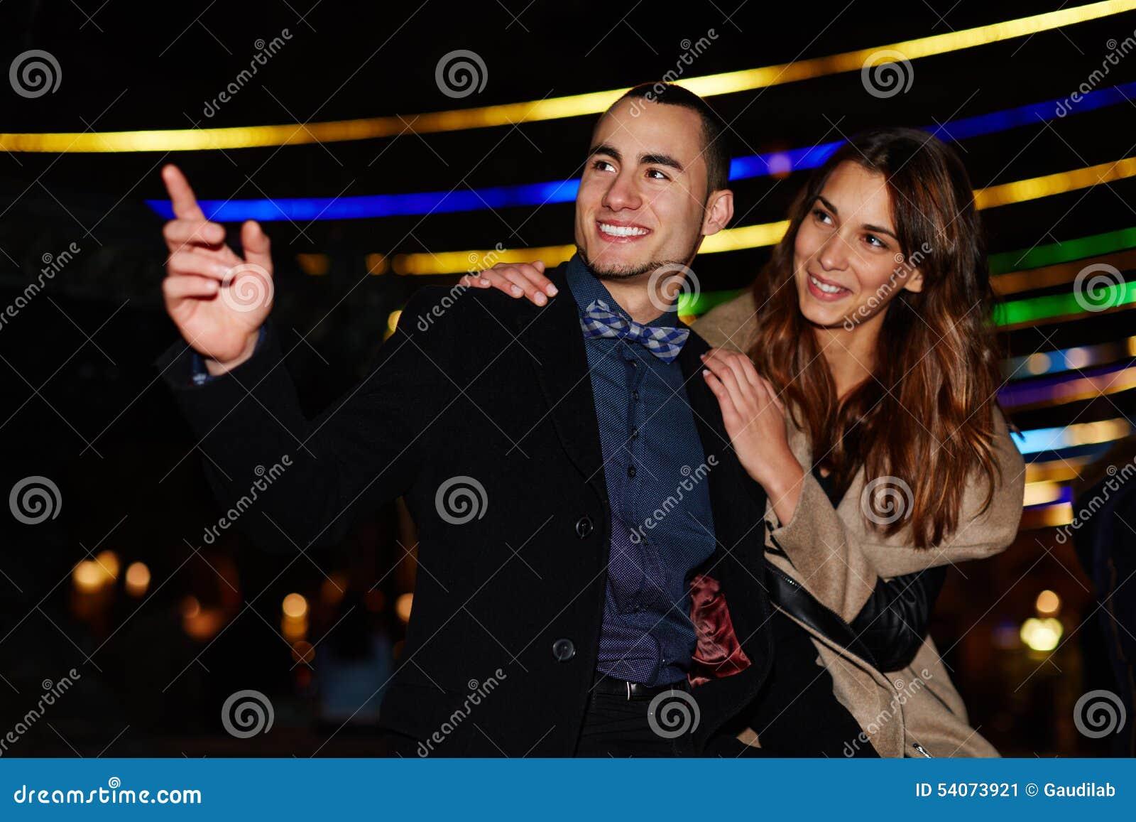 Kochająca para chodzi pięknego wieczór i cieszy się