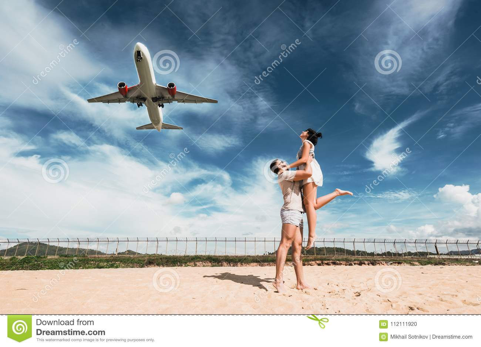 Kochająca para na plaży blisko lotniska