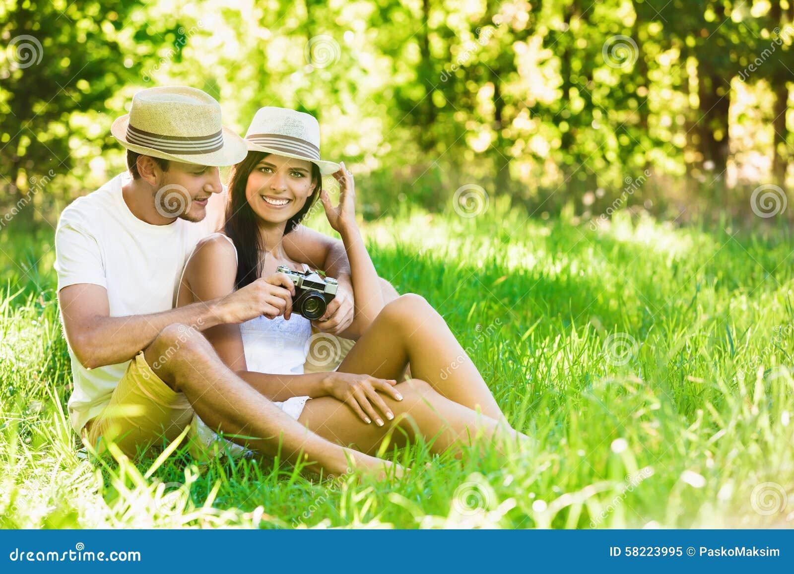 Kochająca para relaksuje w naturze