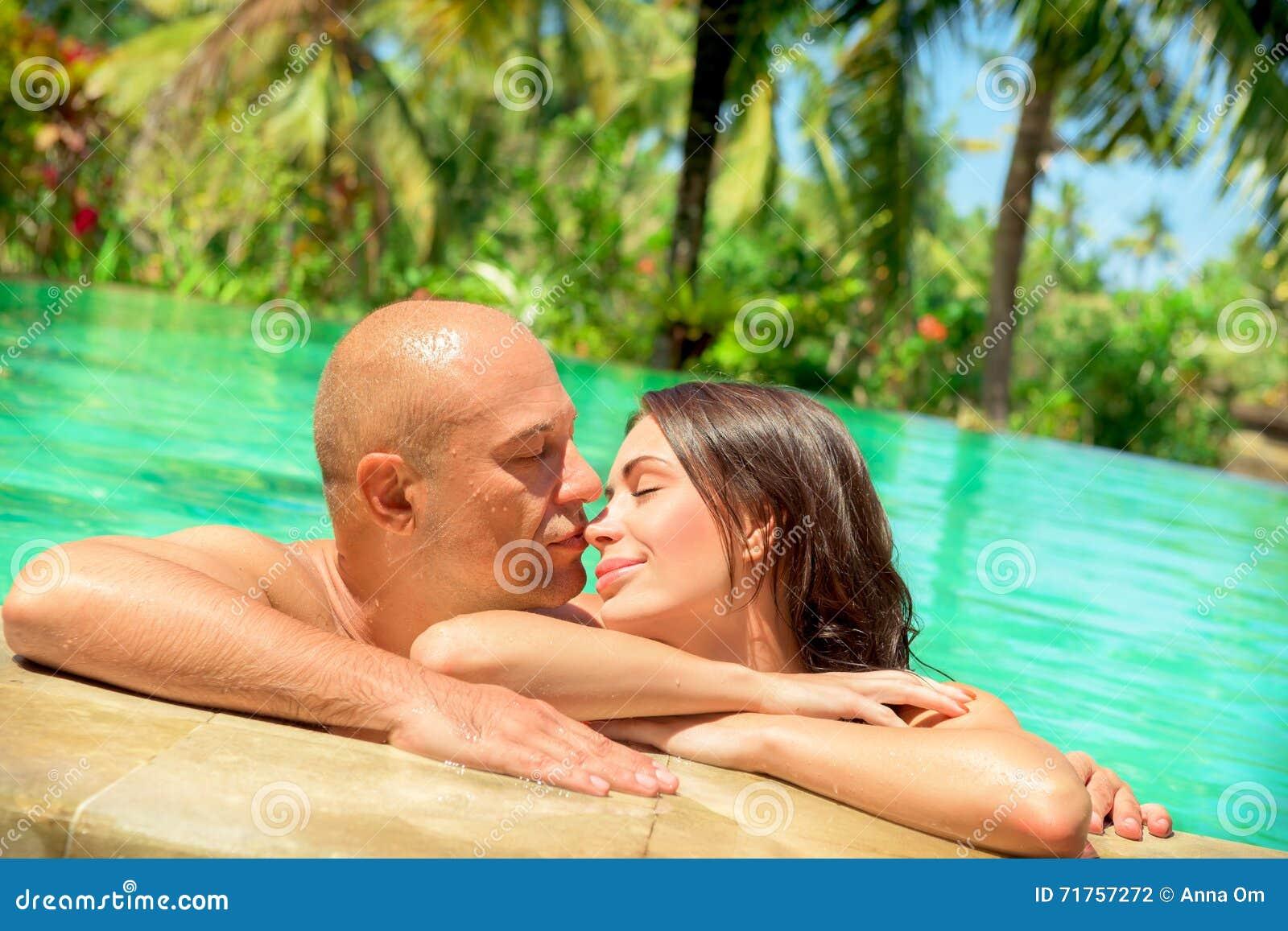 Kochająca para w basenie