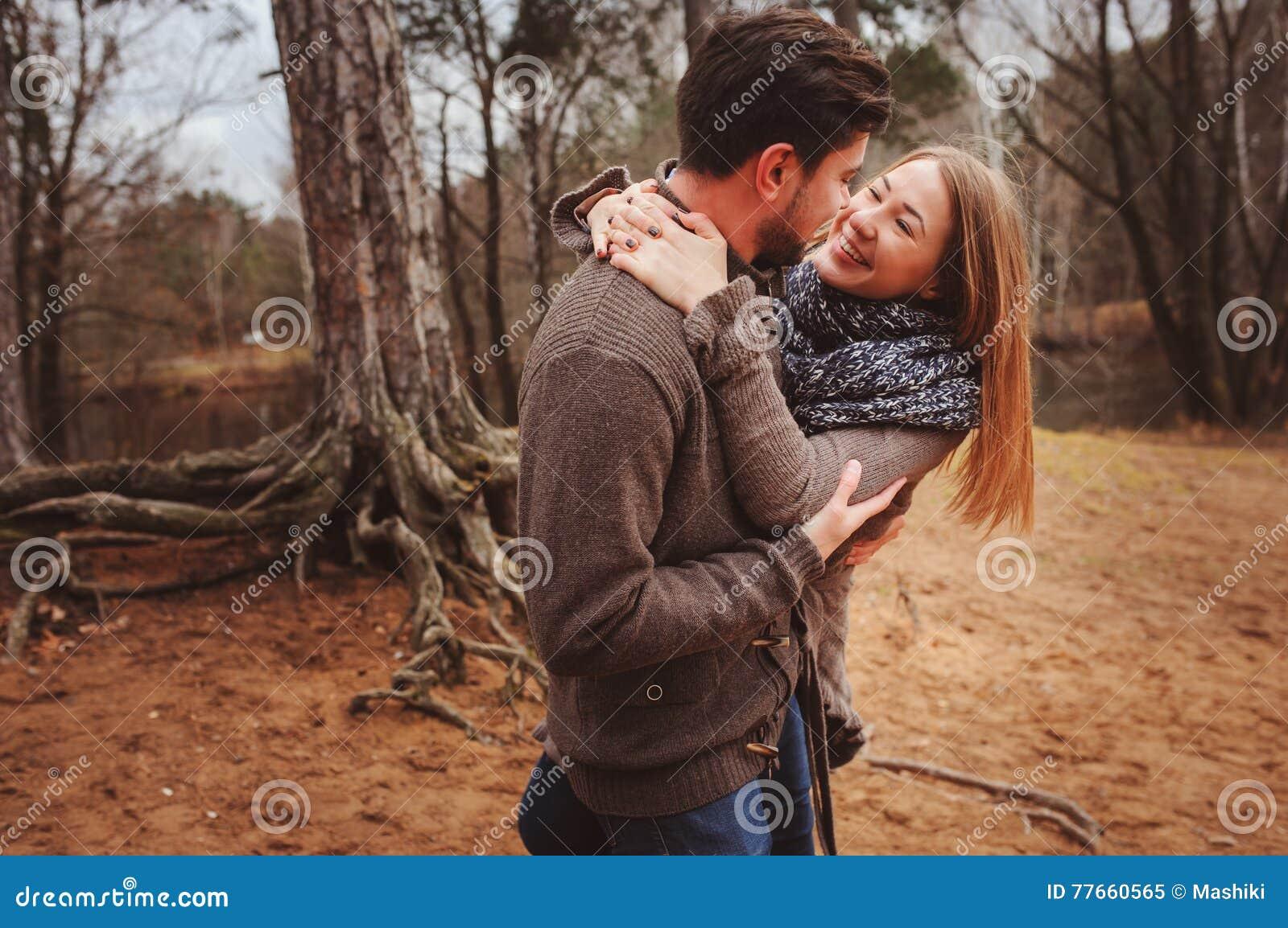 Kochającej potomstwo pary szczęśliwy wpólnie plenerowy na wygodnym grże spacer w jesień lesie