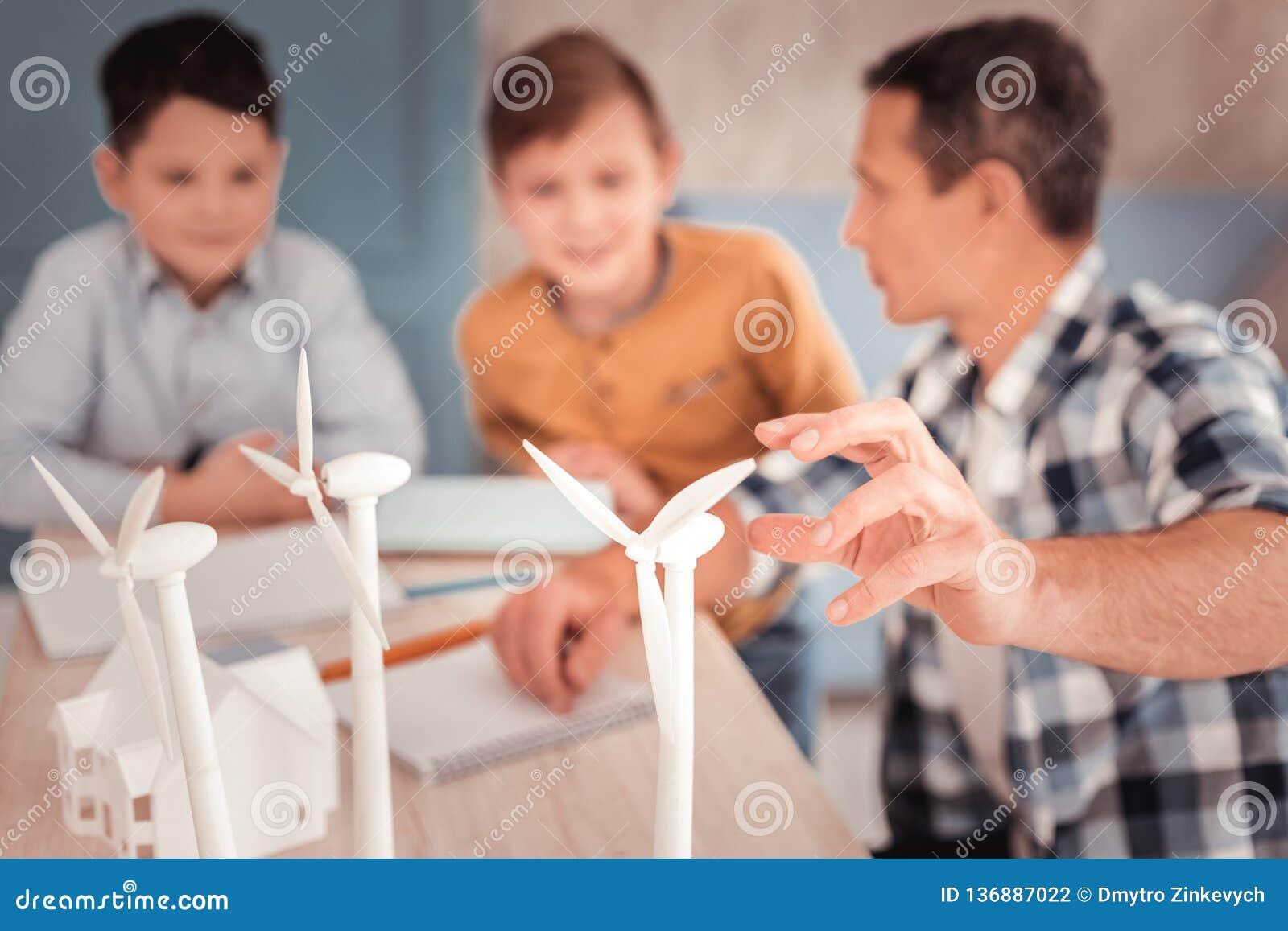 Kochający przybrany ojciec pielęgnuje jego uroczych synów