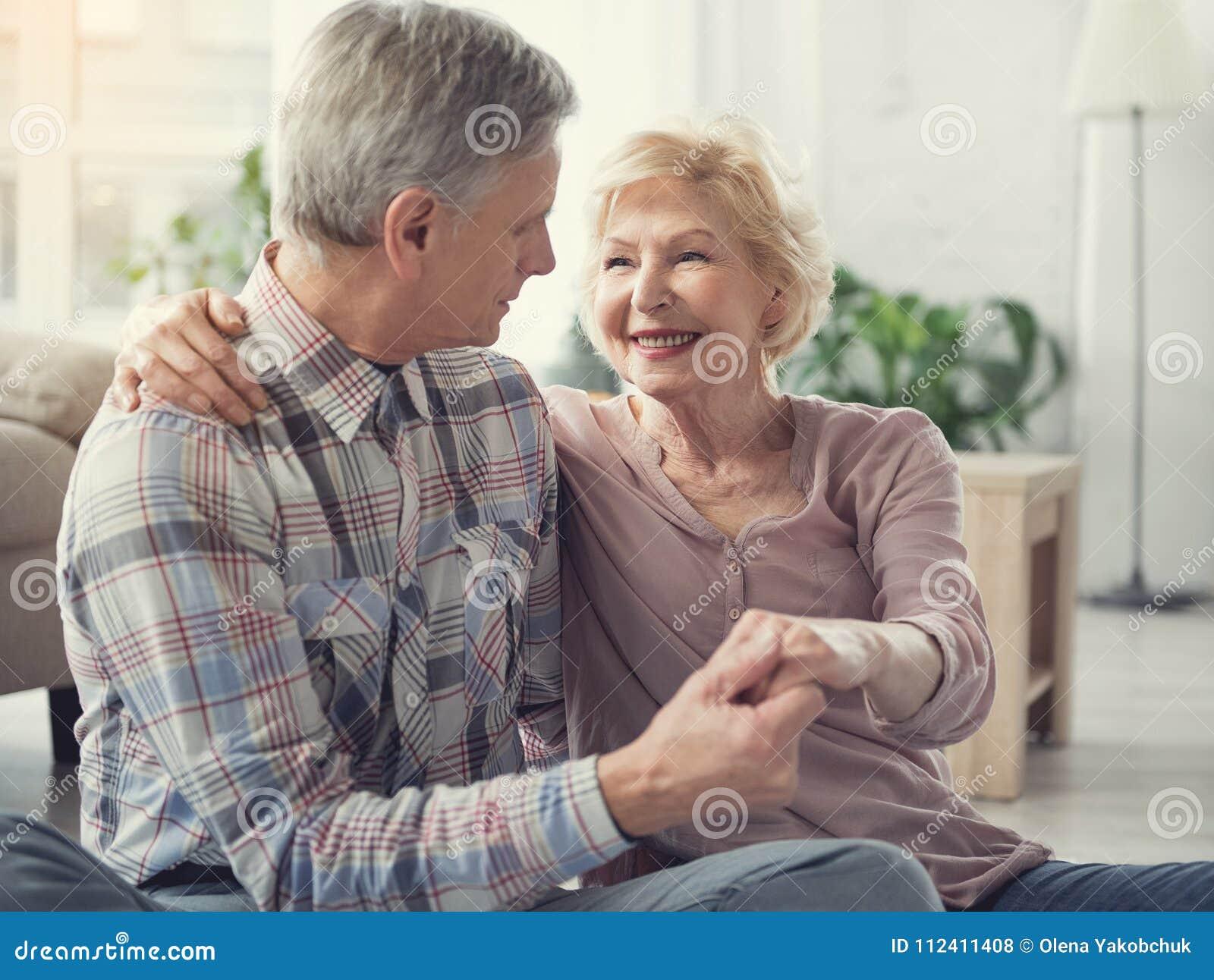 Kochający stary człowiek i kobieta ma szczęśliwą starczość