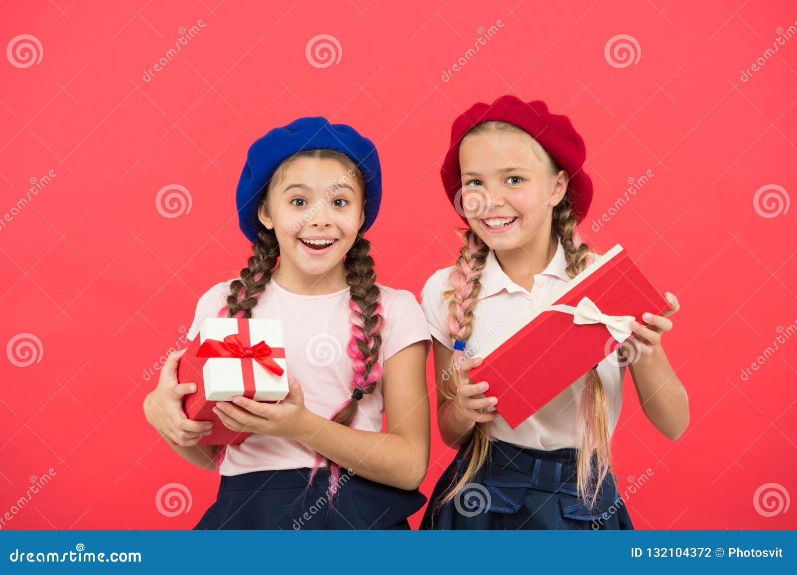 Kochamy boże narodzenia Małe śliczne dziewczyny otrzymywali wakacyjnych prezenty Najlepszy boże narodzenie prezenty i zabawki Dzi