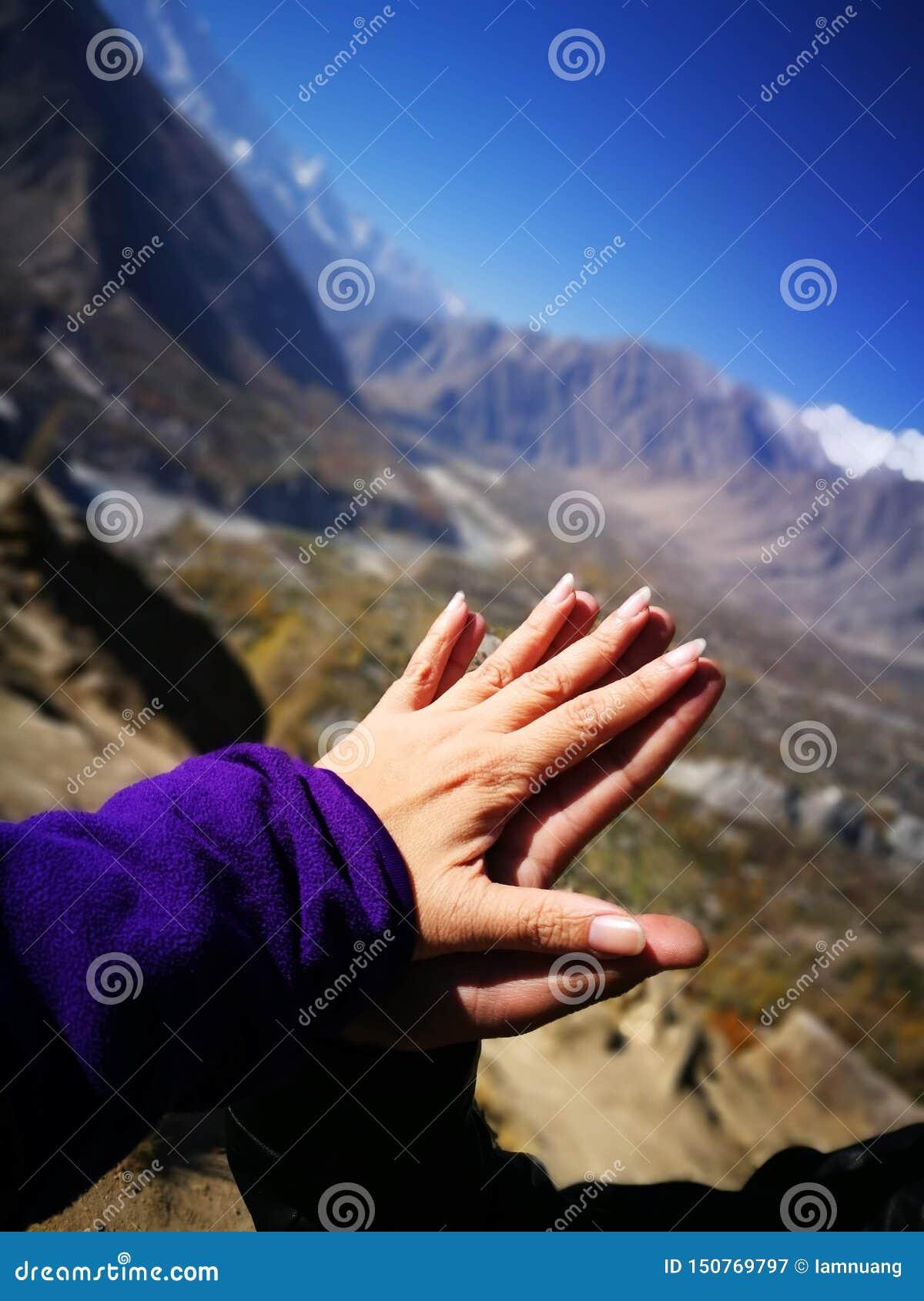 Kochanek wręcza macanie i togethering z tłem dla góry, niebieskiego nieba i miłości i leczniczego pojęcia