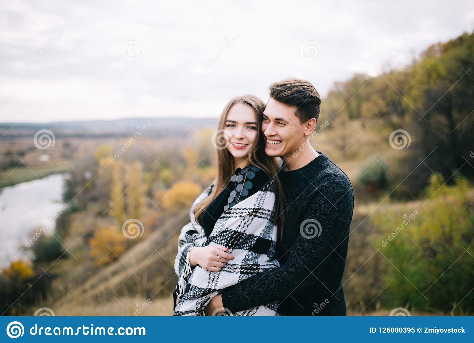 Kochankowie chodzi w górach Jesieni miłość dwa szczęśliwego ludzie Lovebirds obejmują miękkie ogniska,