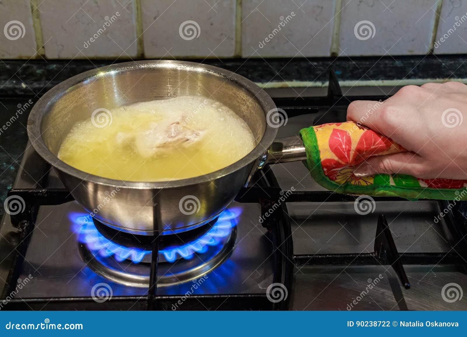 Kochen Der Huhnerbruhe Auf Gasherd Stockfoto Bild Von Kochen Koch