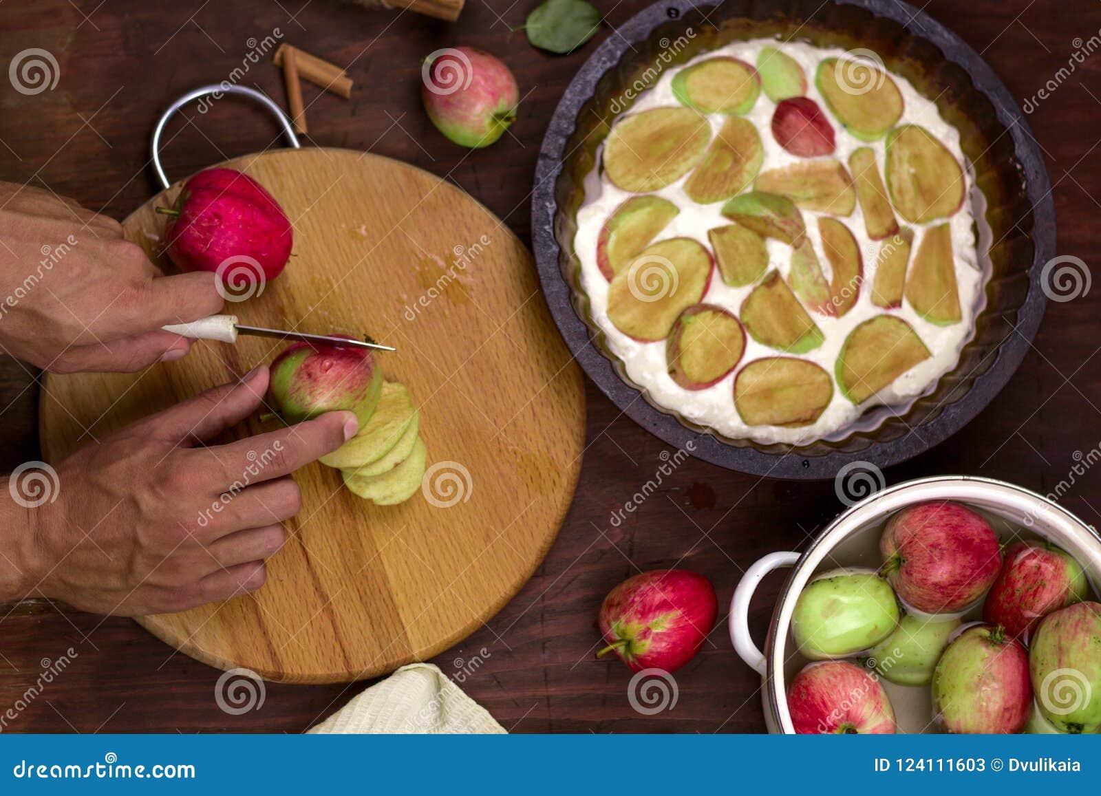 Kochen des traditionellen Apfelkuchens