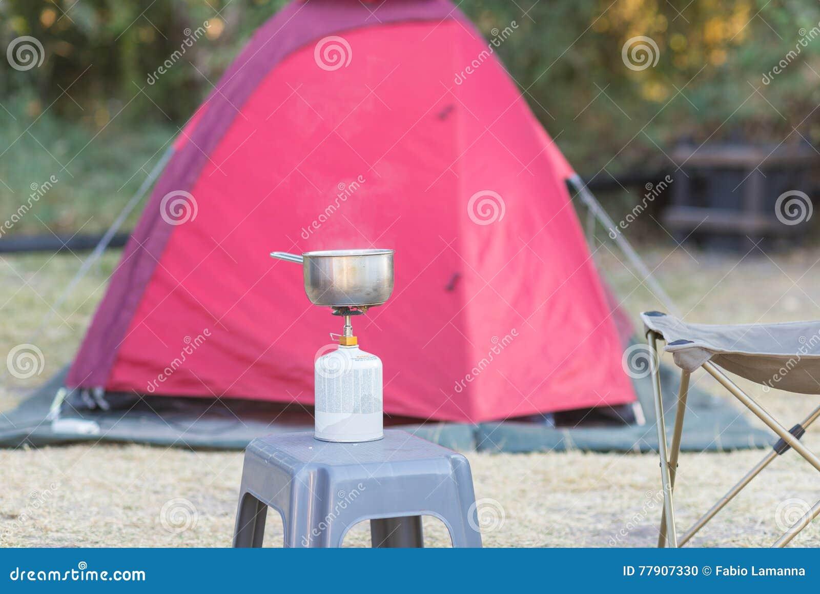 Kochen Mit Gasherd In Campingplatz Selektiver Fokus Auf Gasbrenner