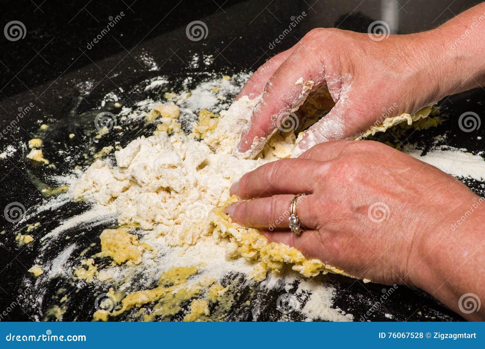 Kochen Sie die Formung des Teigs in Teigwarennudeln