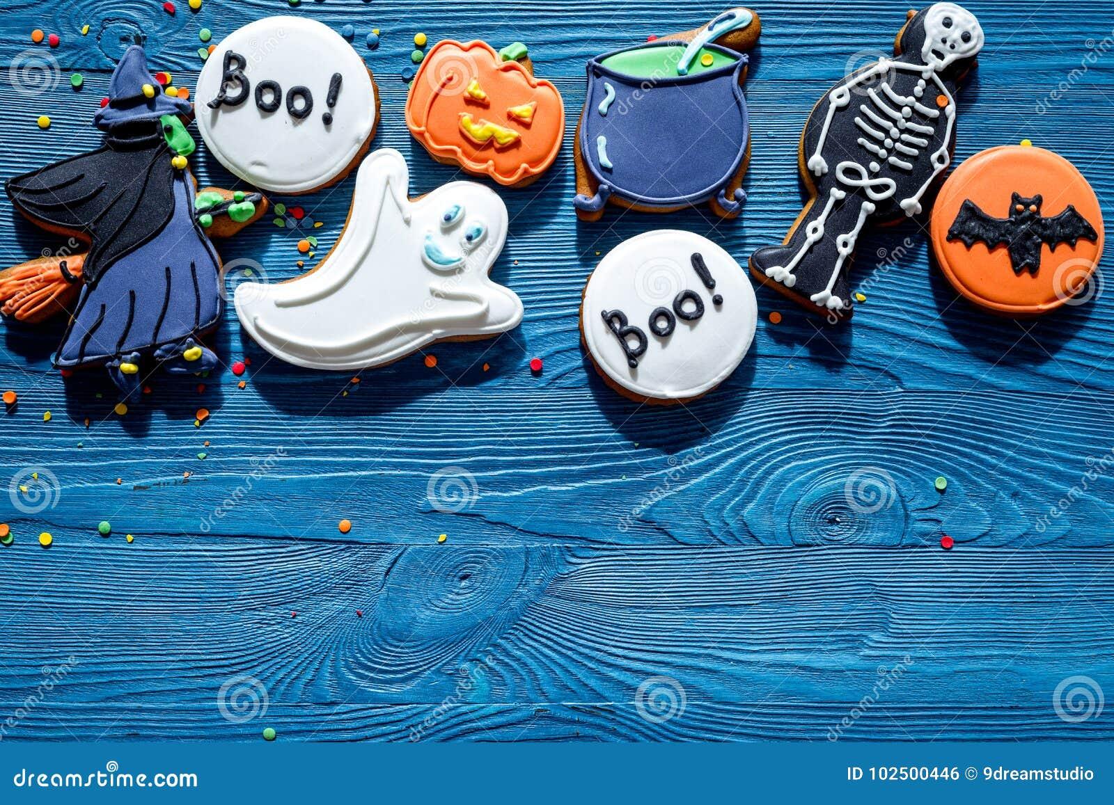Kochen Sie Halloween-Lebkuchenplätzchen mit Hexe, Schläger Blaues copyspace Draufsicht des Hintergrundes