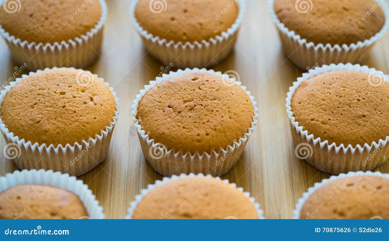 Kochen Von Kleinen Kuchen Ohne Creme Stockfoto Bild Von Cupcakes