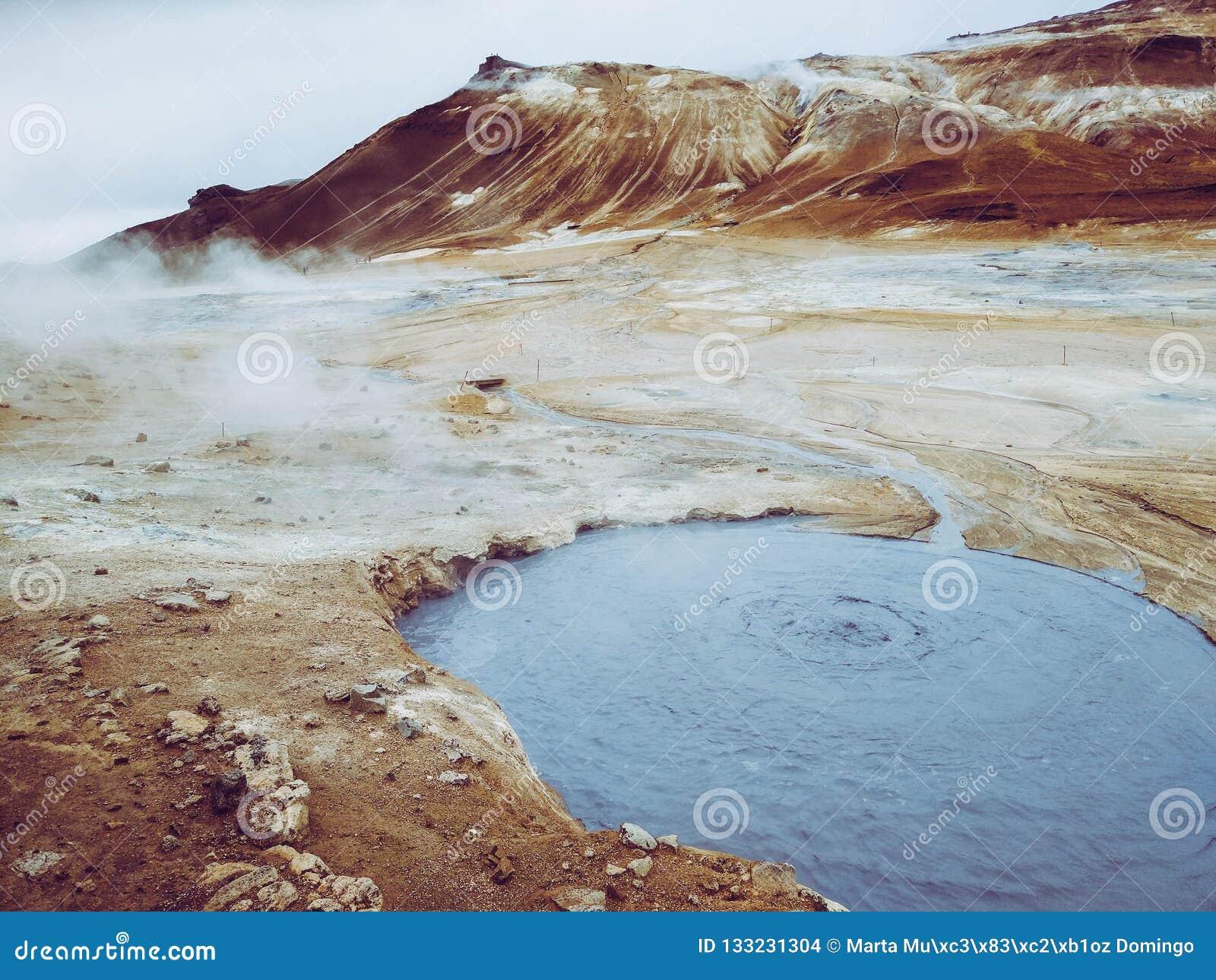 Kochender Schlamm in geothermischem Bereich Namafjall, Hverir, geothermischer Bereich Islands bei Hverir im Norden von Island nah