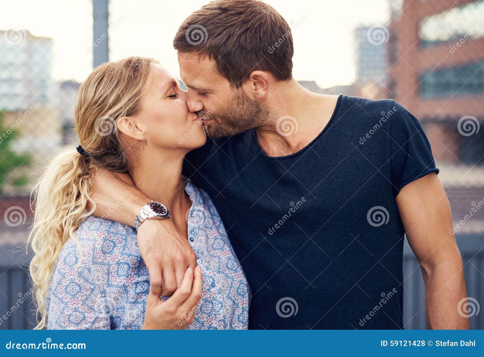 Kochliwa potomstwo para cieszy się romantycznego buziaka