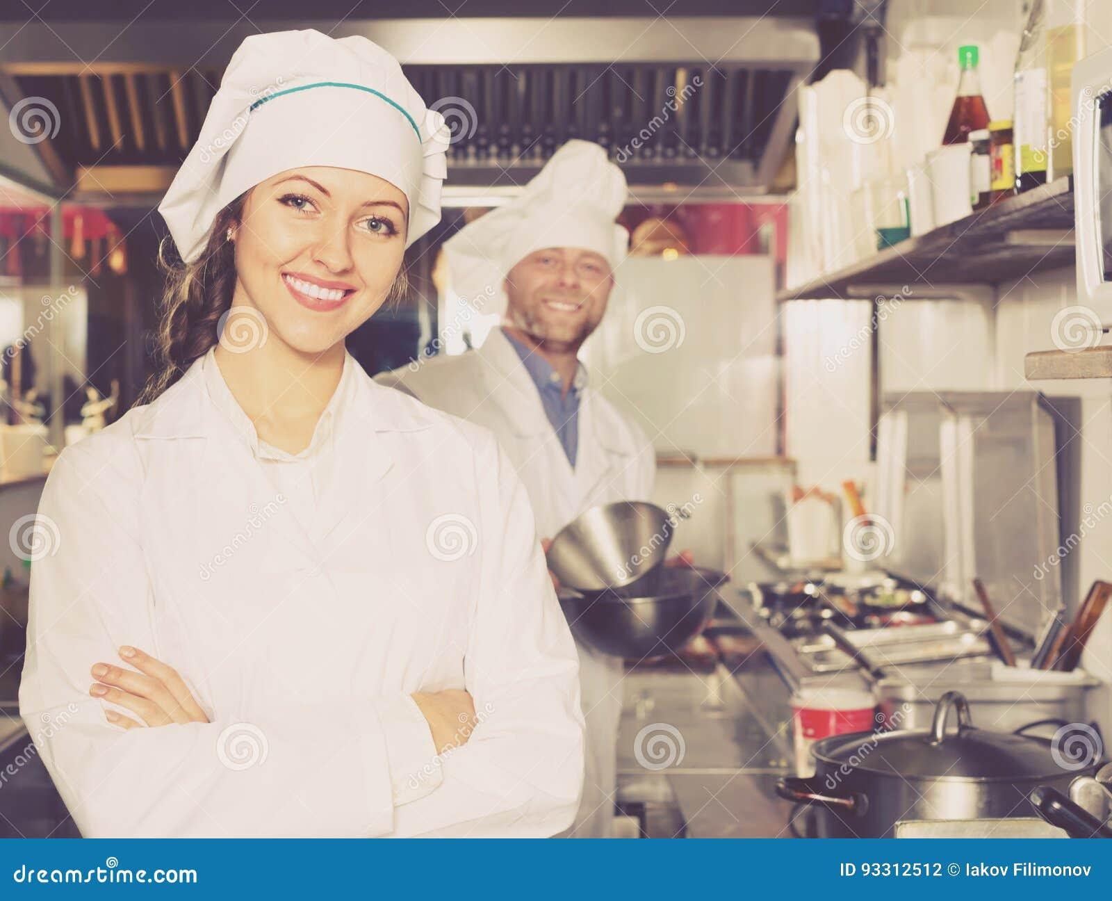 Kock och hans hjälpreda på bistrokök