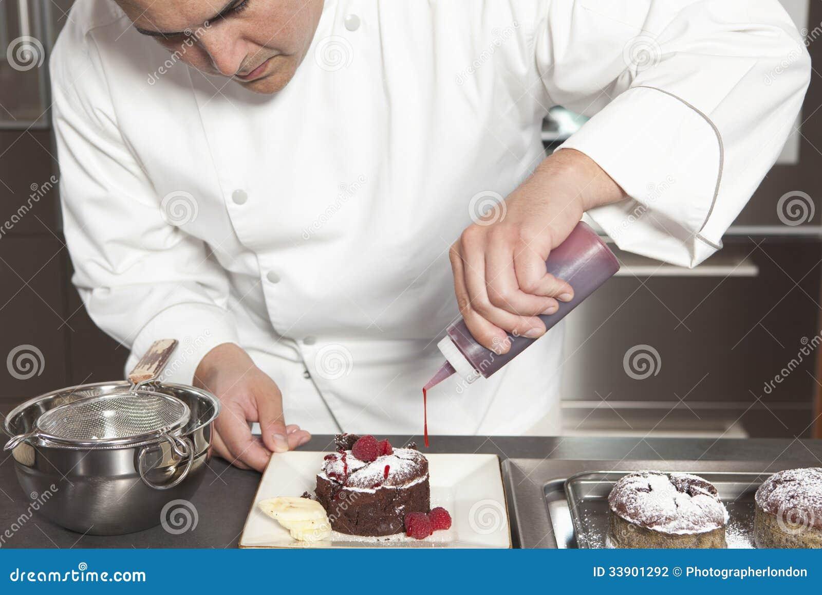 Kock Puts Finishing Touches på chokladkakan på diskbänken