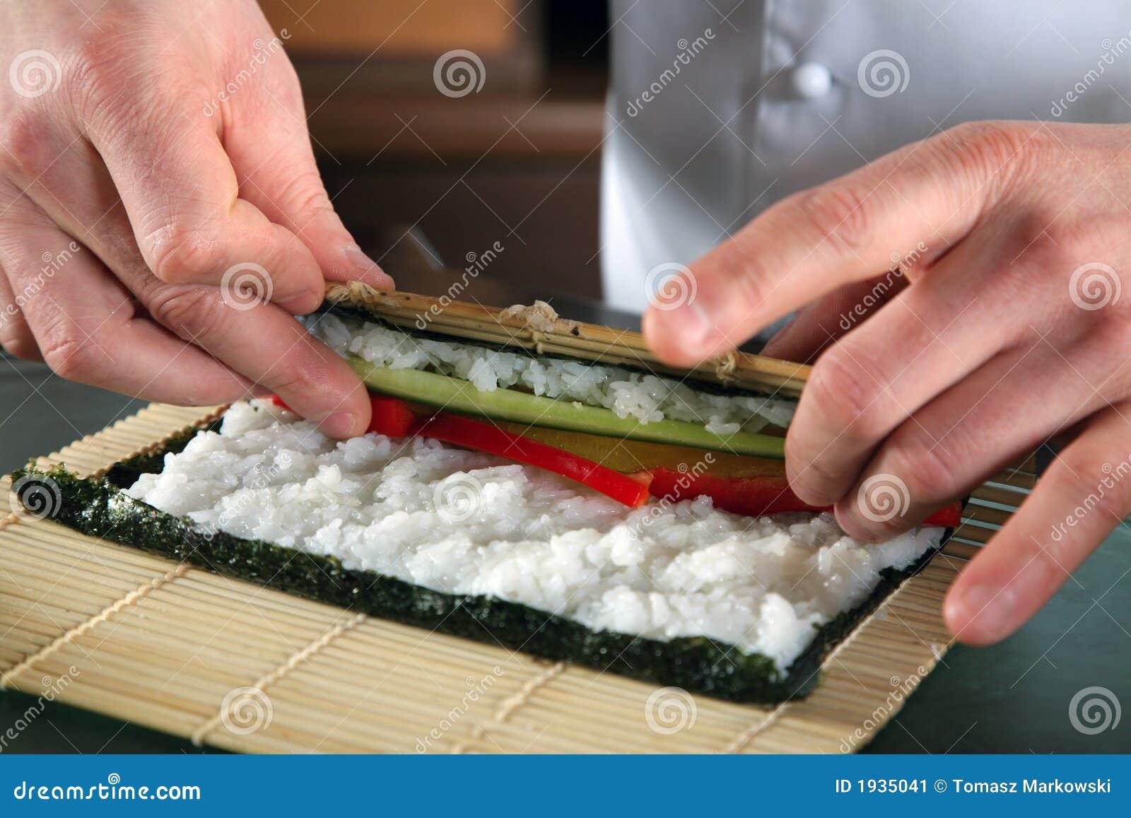 Kock som 2 förbereder sushi
