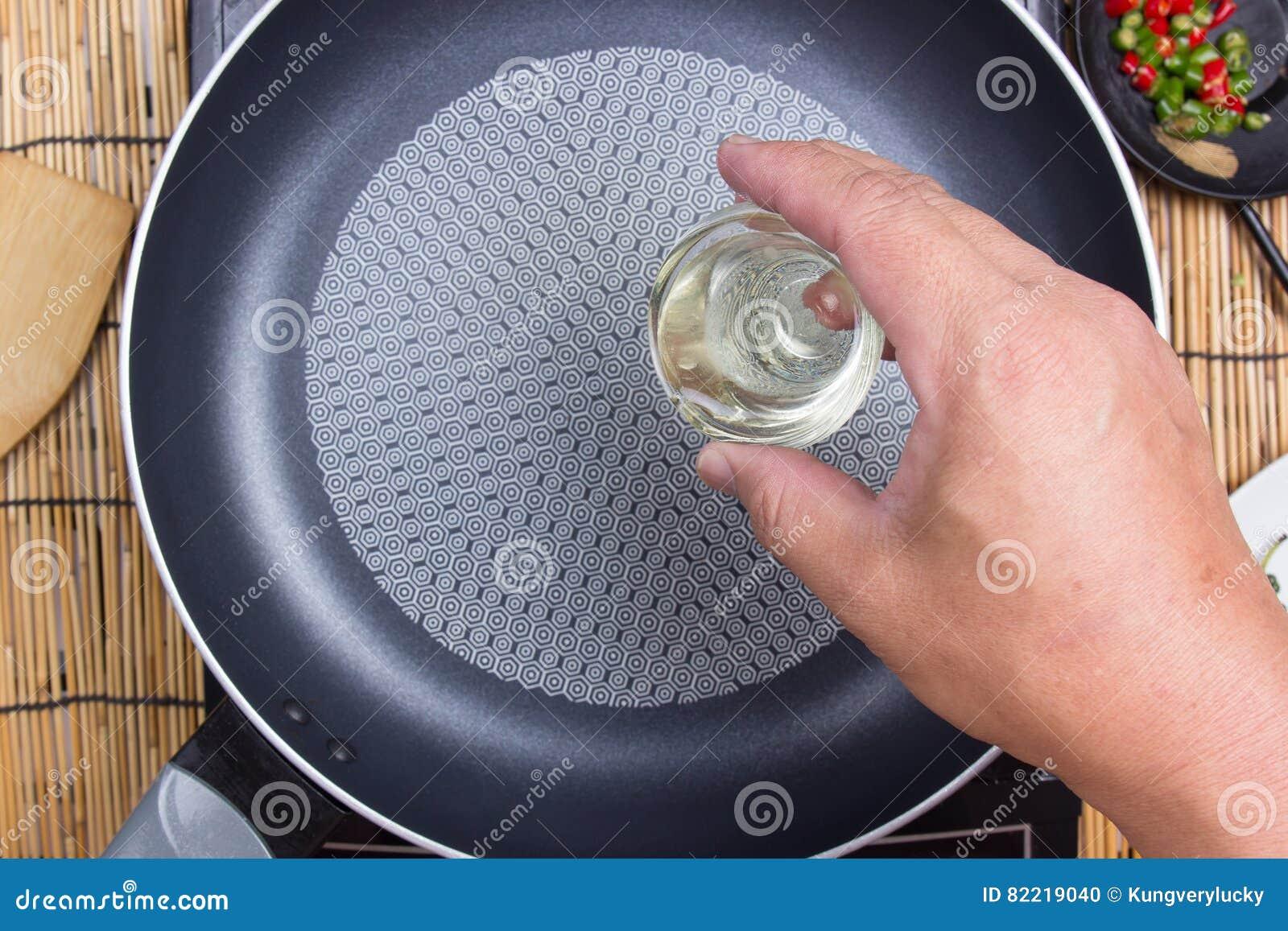 Kock Som Sätter Olja Till Pannan Arkivfoto Bild Av Gourmet, Olja 82219040