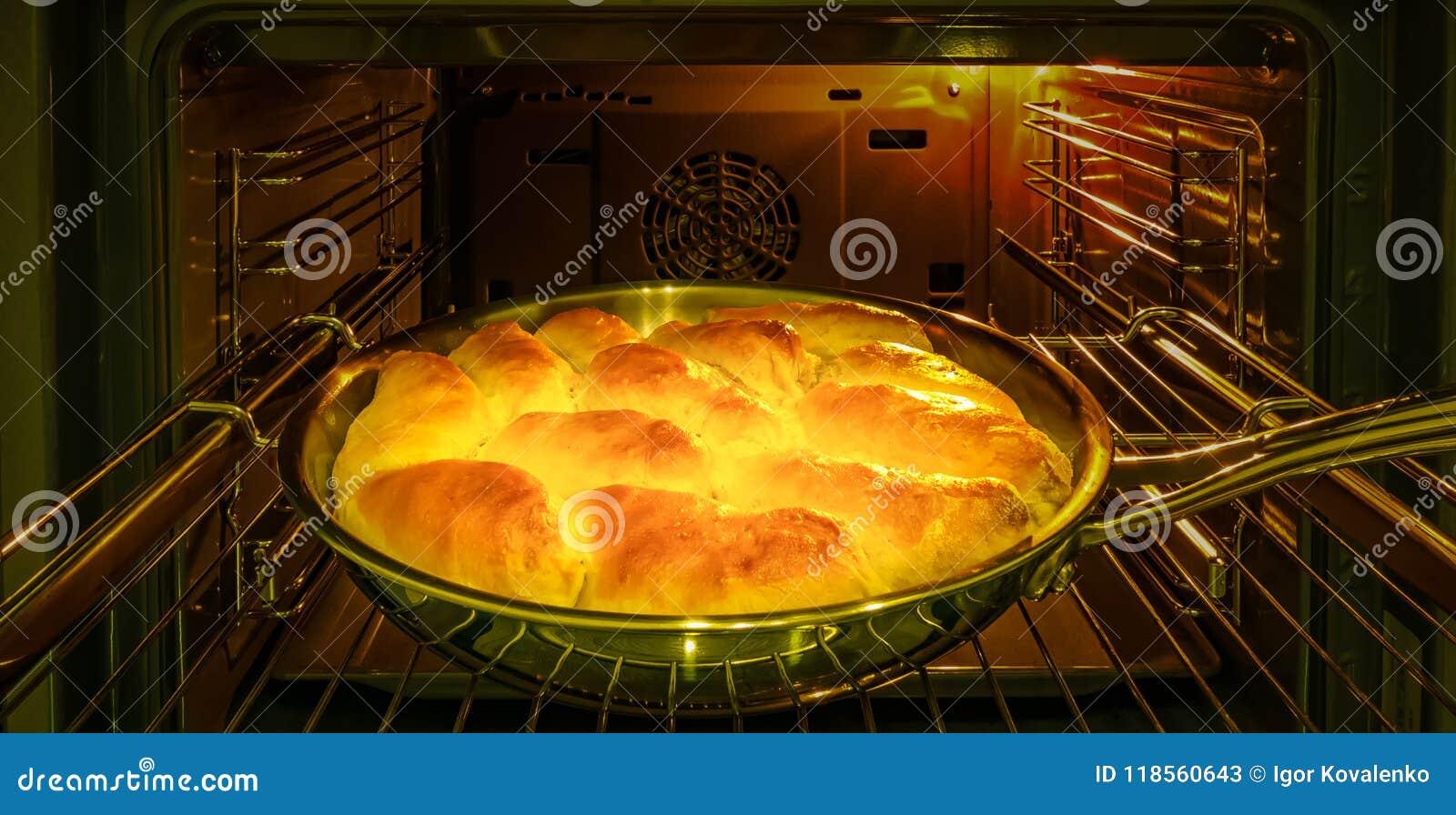 Kocken bakar pajer med äpplen för ferien i ugnen