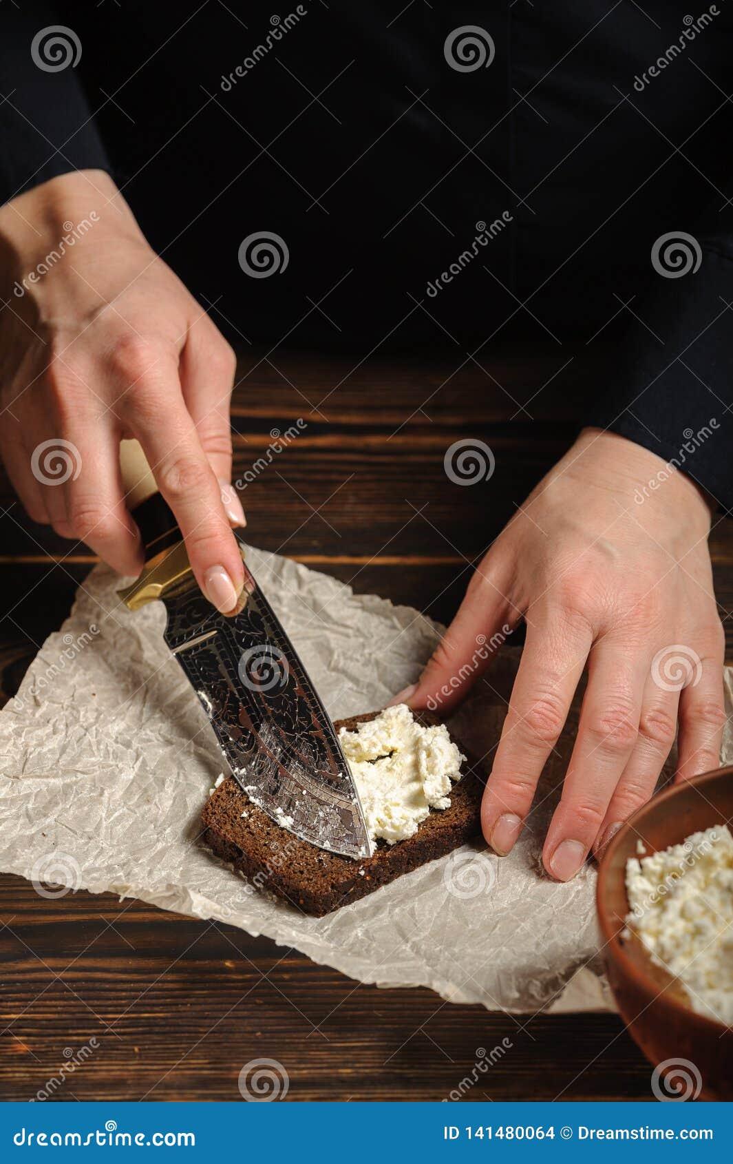 Kocken fördelar keson på brödet
