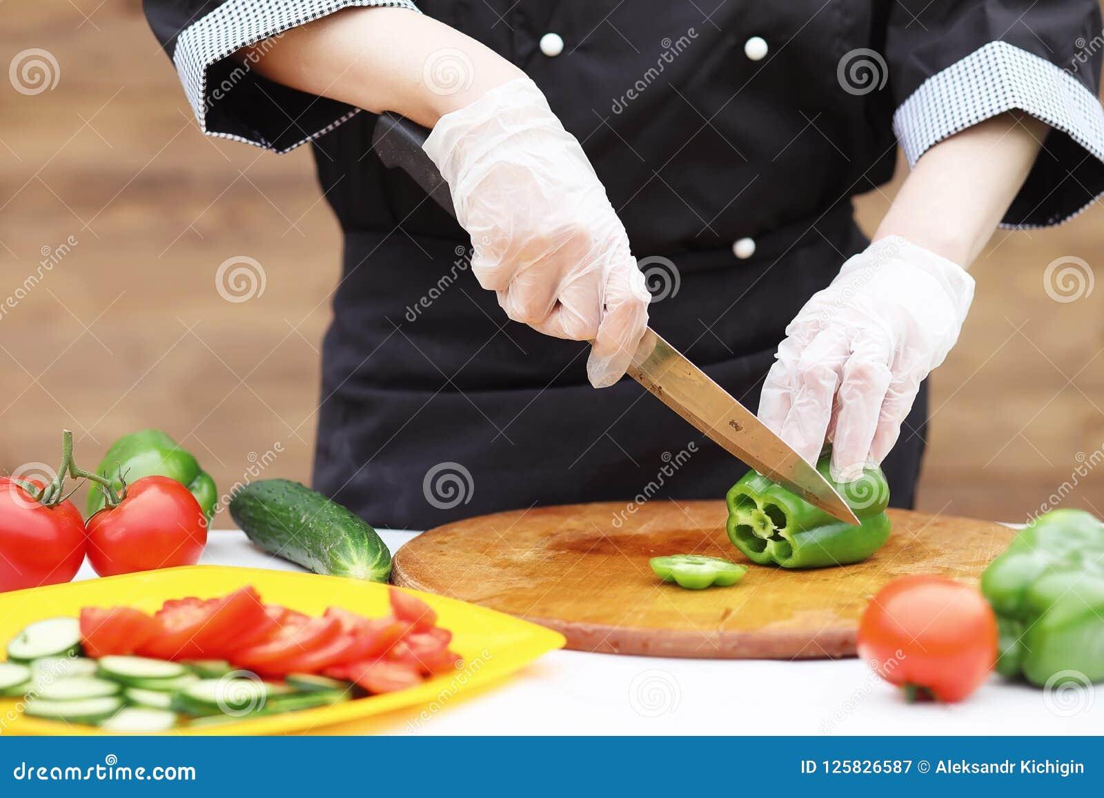 Kocken klipper nya lantgårdgrönsaker
