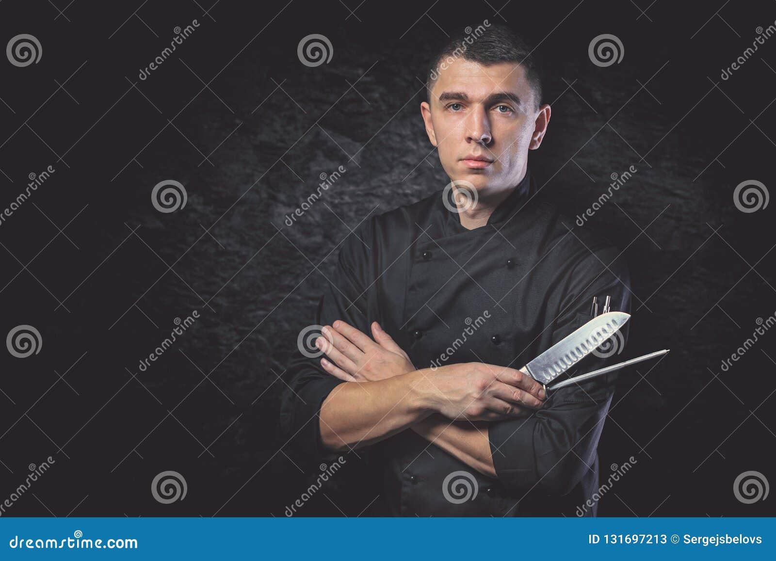 Kockkocken rymmer en kniv över mörk grå bakgrund