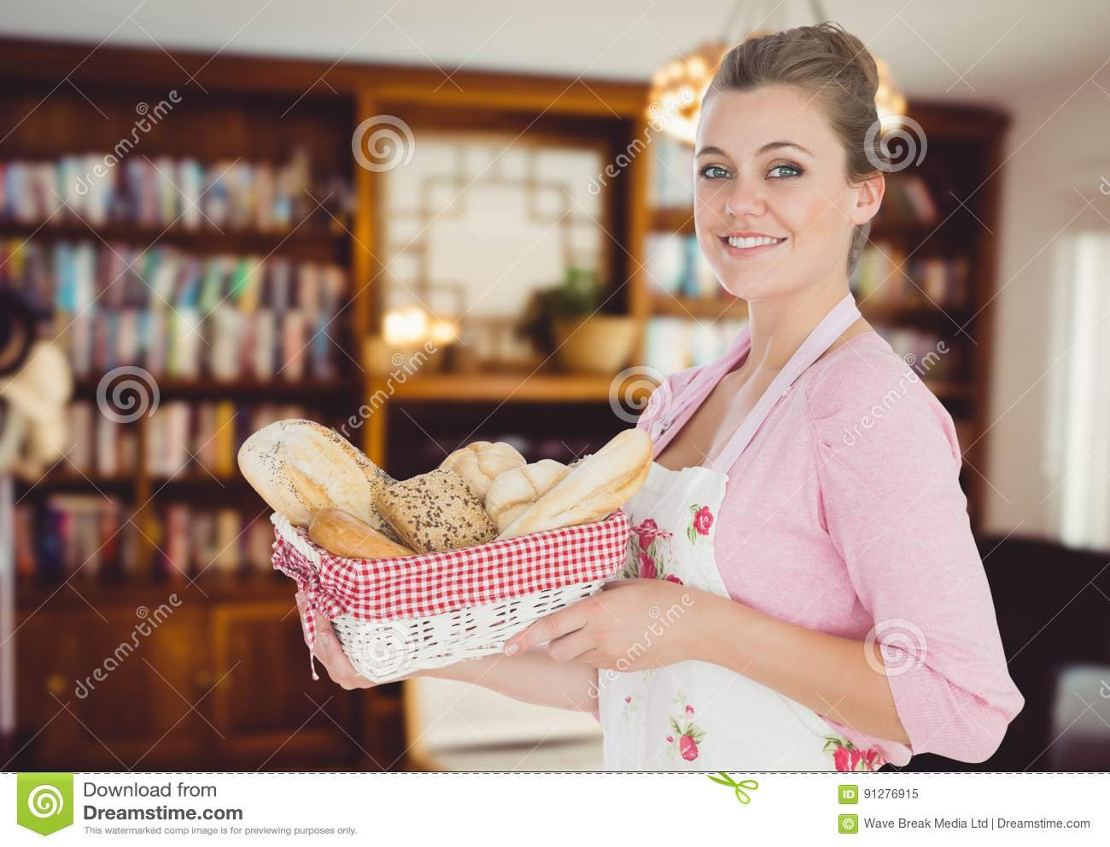 Kockkvinnan med bröd värma sig i vardagsrummet