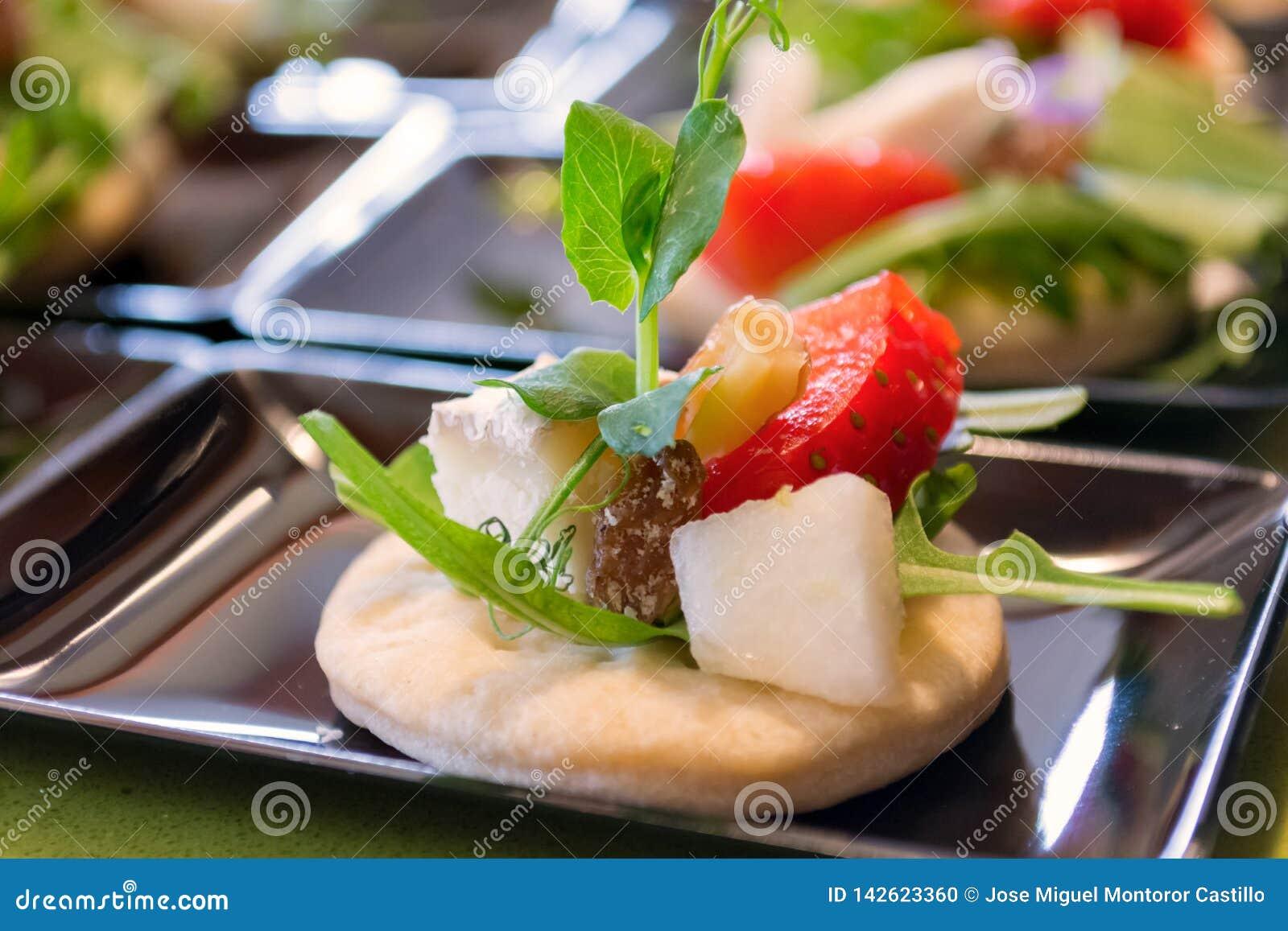 Koekje met fruit en salade