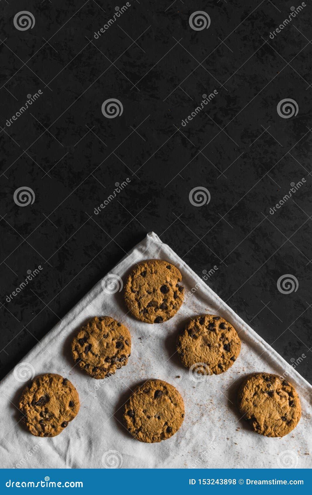 Koekjes met chocoladeschepen op een donkere achtergrond