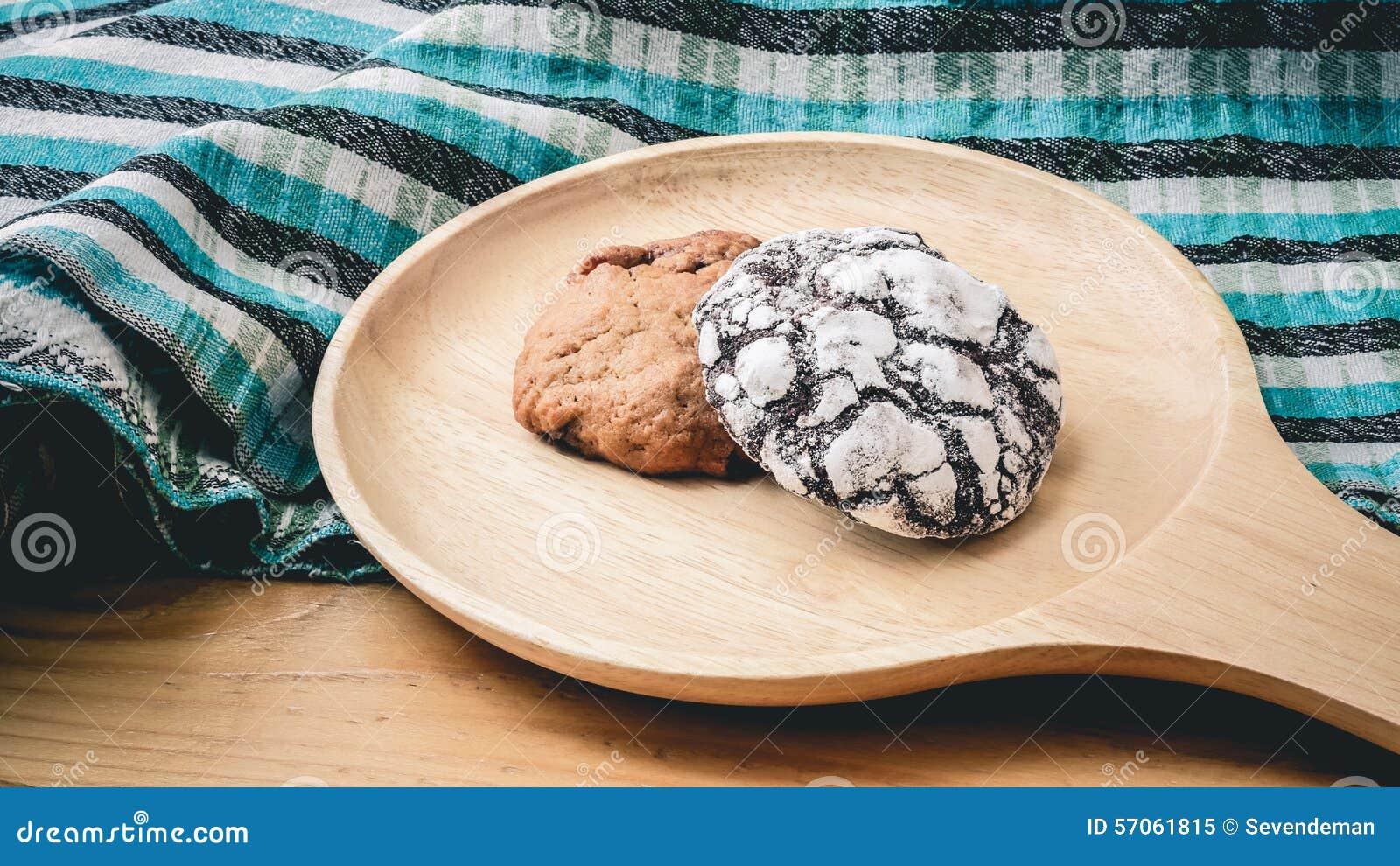 Koekjes op een houten pan en blauwe doek