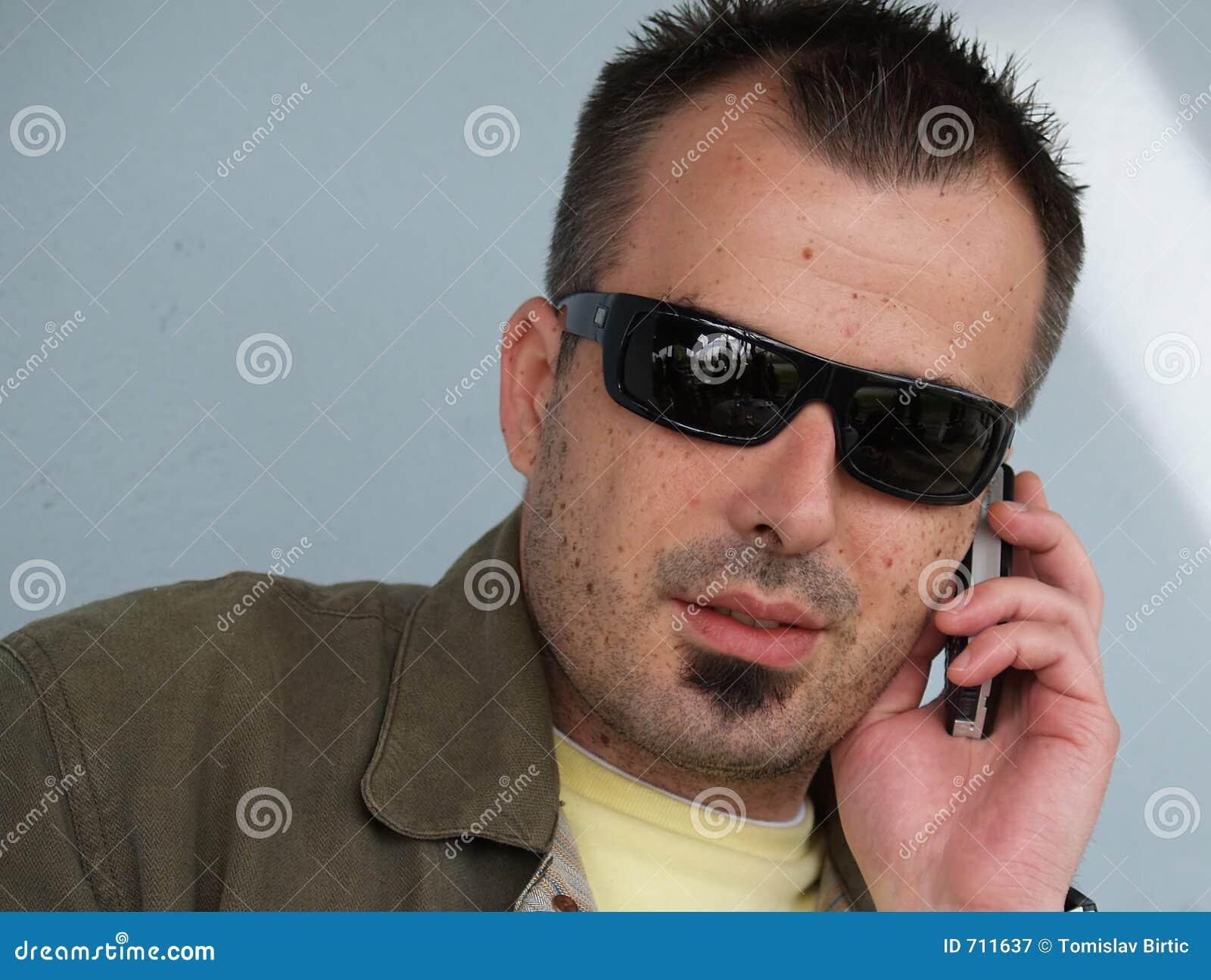Koele Jonge Mens die een Telefoongesprek maakt