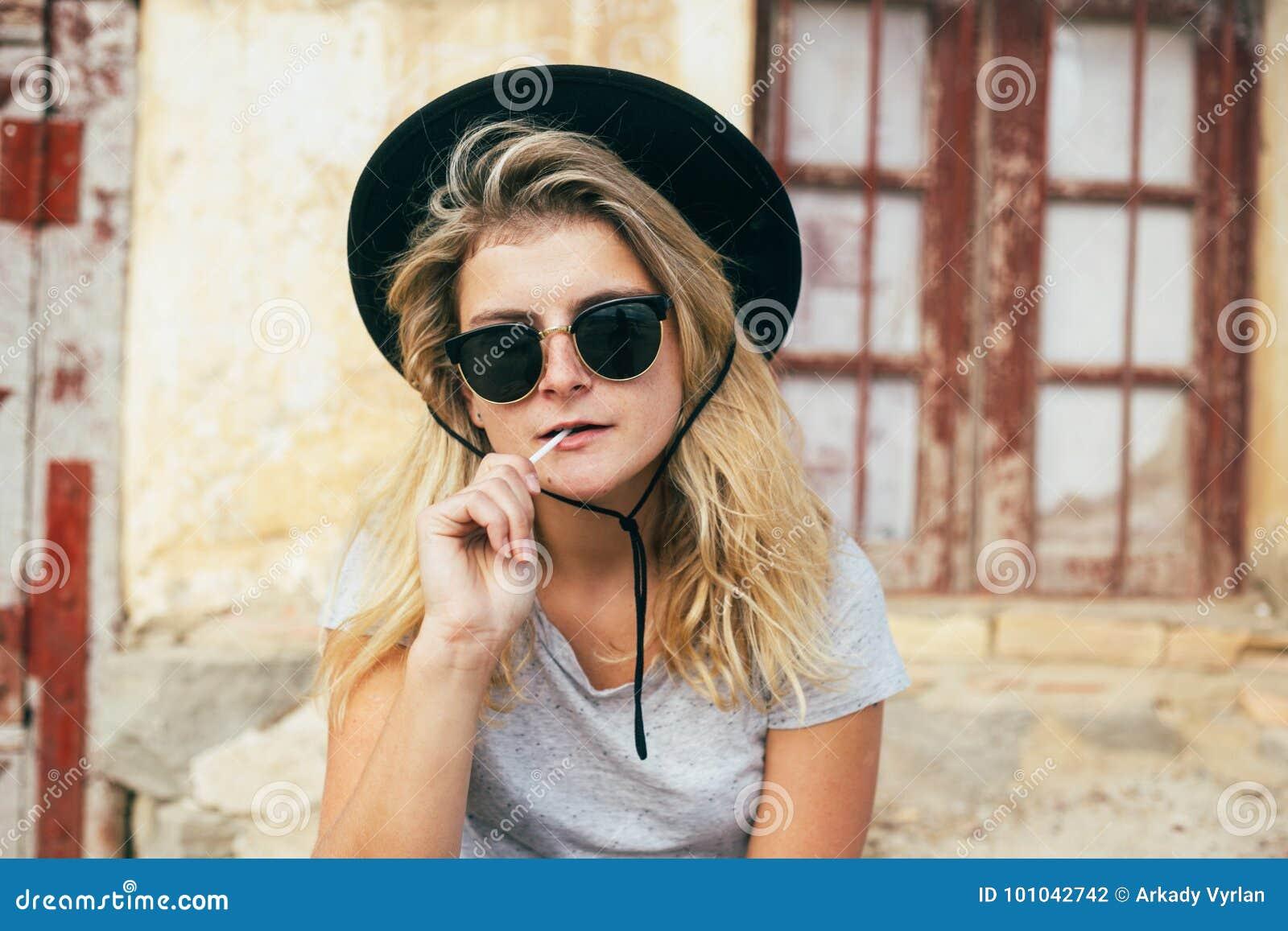 Koele vrouw met glazen en lolly