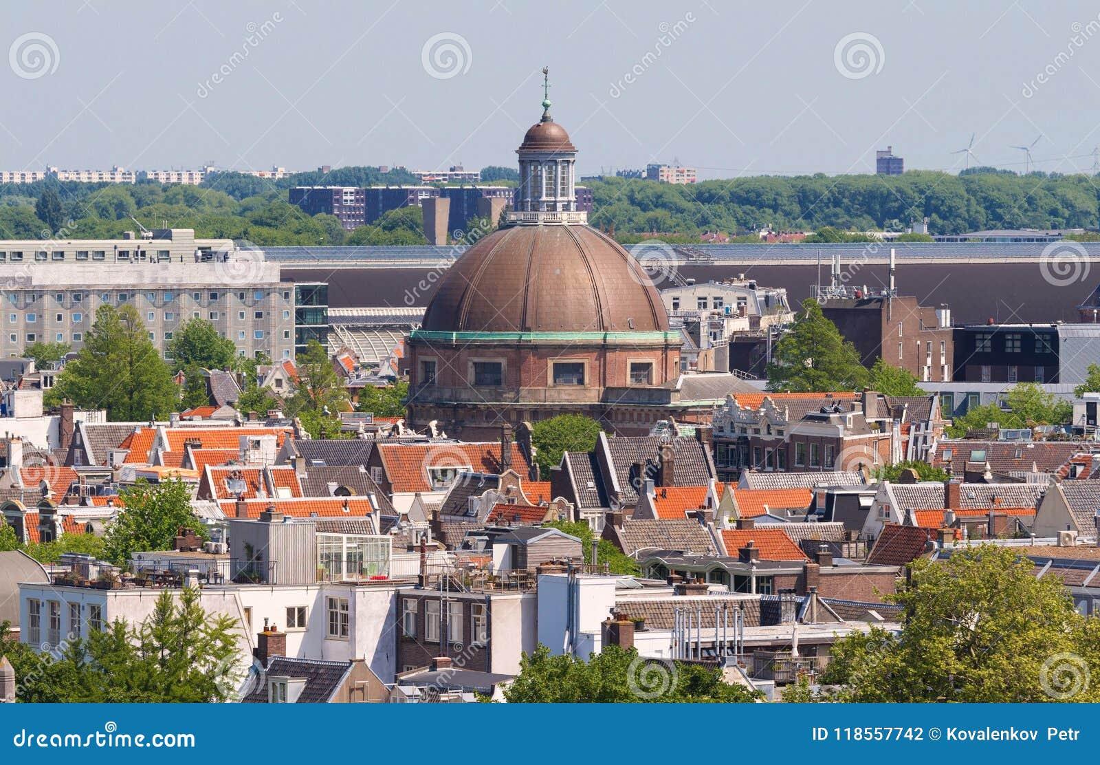 Koepelkerk rond avec le dôme de cuivre à côté du canal de Singel Toits et façades d Amsterdam Vue de ville de la tour de cloche